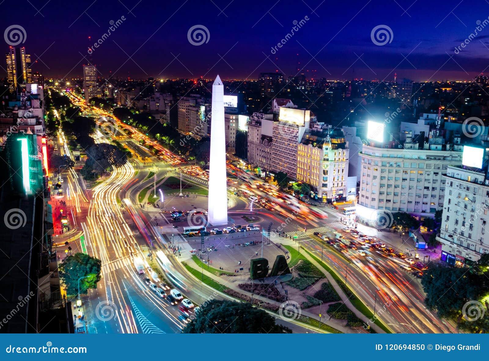 Vista aérea colorida da avenida na noite - Buenos Aires de Buenos Aires e de 9 de Julio, Argentina