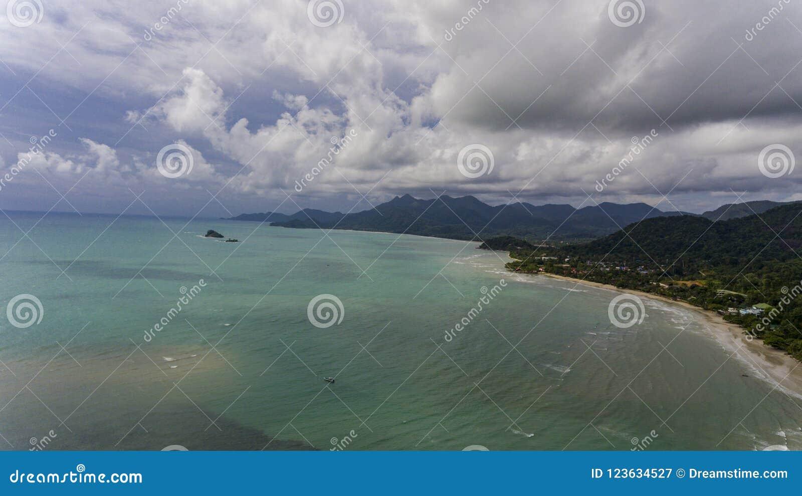 Vista aérea com praia surpreendente e água azul