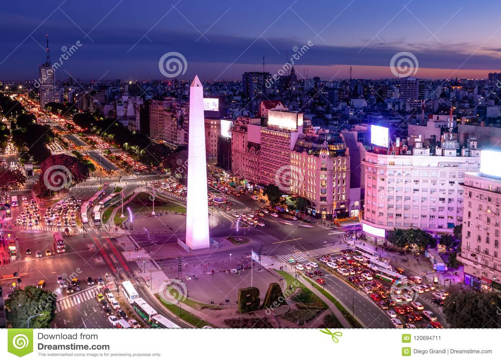 Vista aérea da avenida de Buenos Aires e de 9 de Julio na noite com luz roxa - Buenos Aires, Argentina