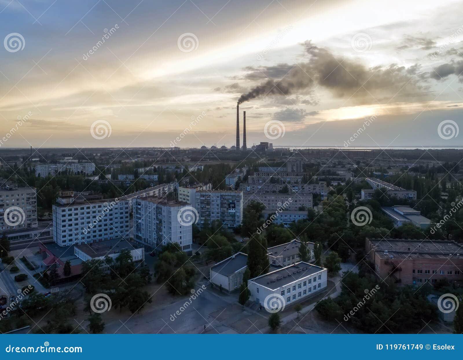 Vista aérea da cidade, central nuclear, statio do poder térmico