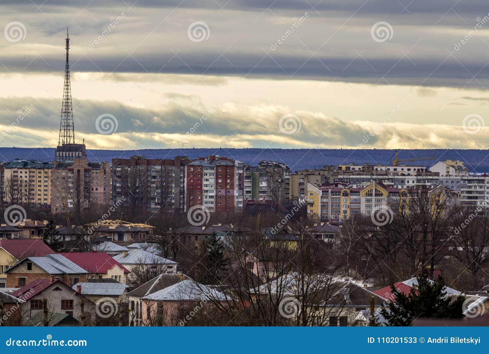 Vista aérea da cidade de Ivano-Frankivsk, Ucrânia com construções altas