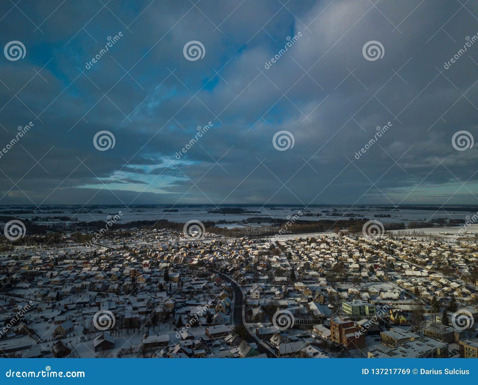Vista aérea da cidade pequena em Lituânia, Joniskis Dia de inverno ensolarado