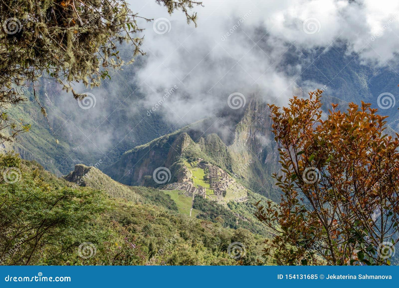 Vista aérea da citadela do Inca de Machu Picchu nas nuvens, situada em um cume da montanha acima do vale sagrado
