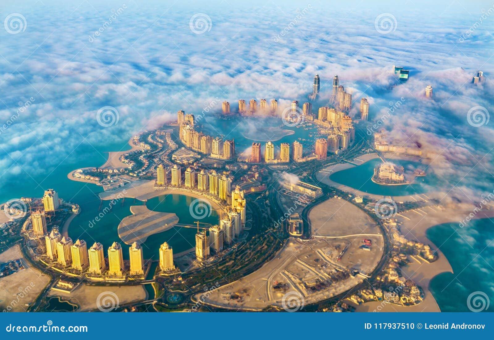 Vista aérea da ilha de Pérola-Catar em Doha através da névoa da manhã - Catar, o Golfo Pérsico