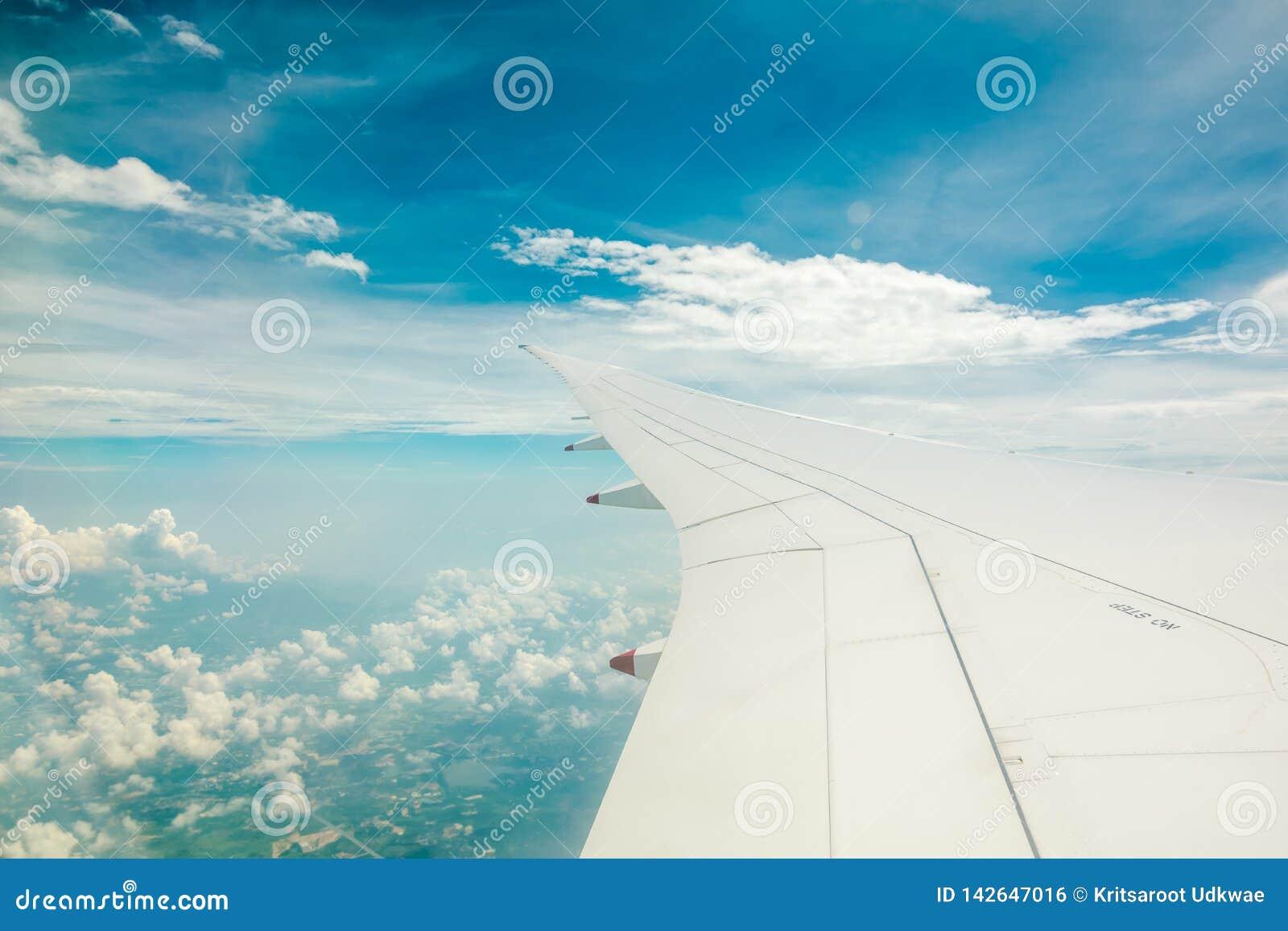 Vista aérea da janela do avião