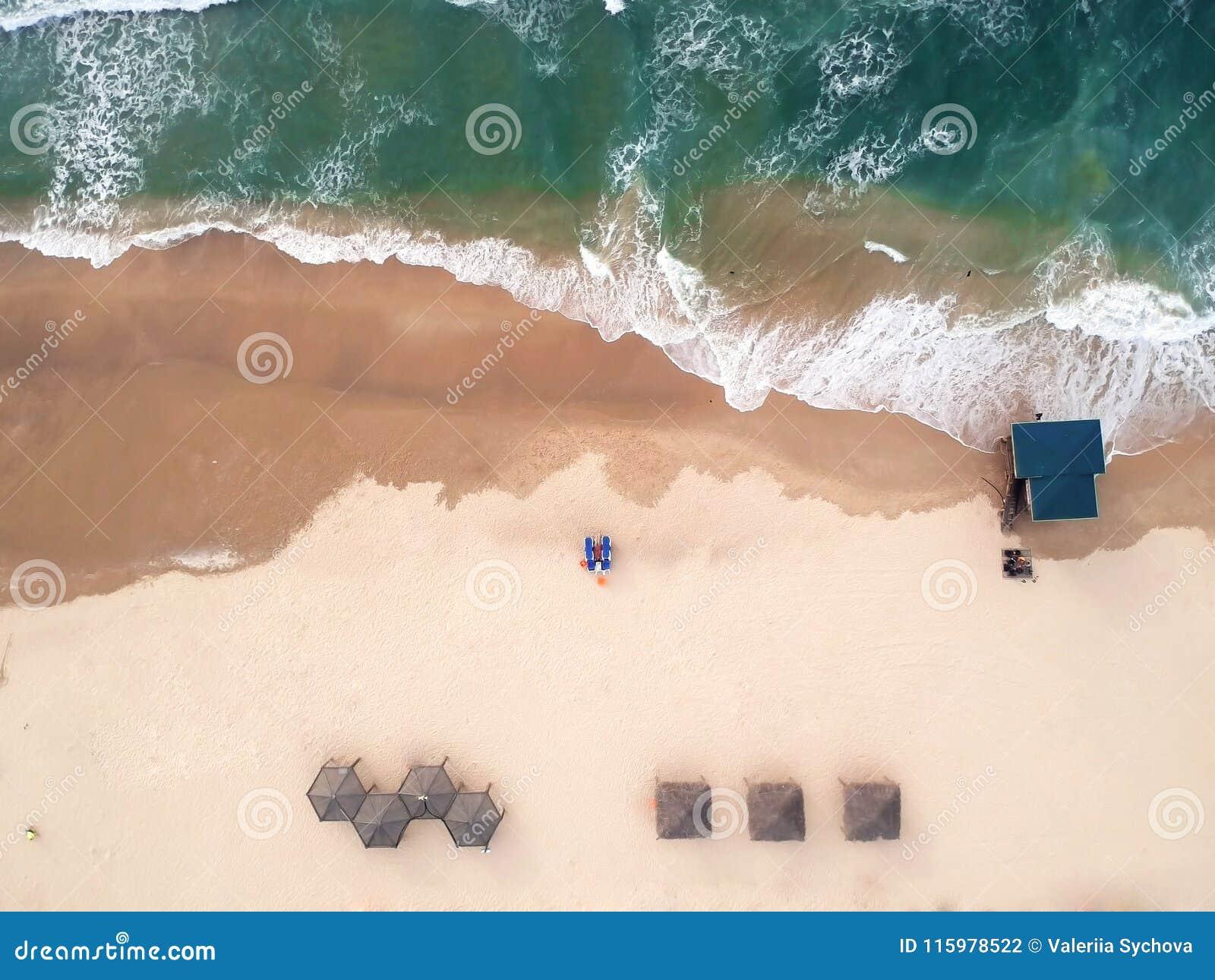 Vista aérea da praia O mar Mediterrâneo, Israel A casa do salvador, guarda-chuvas, areia, espreguiçadeira