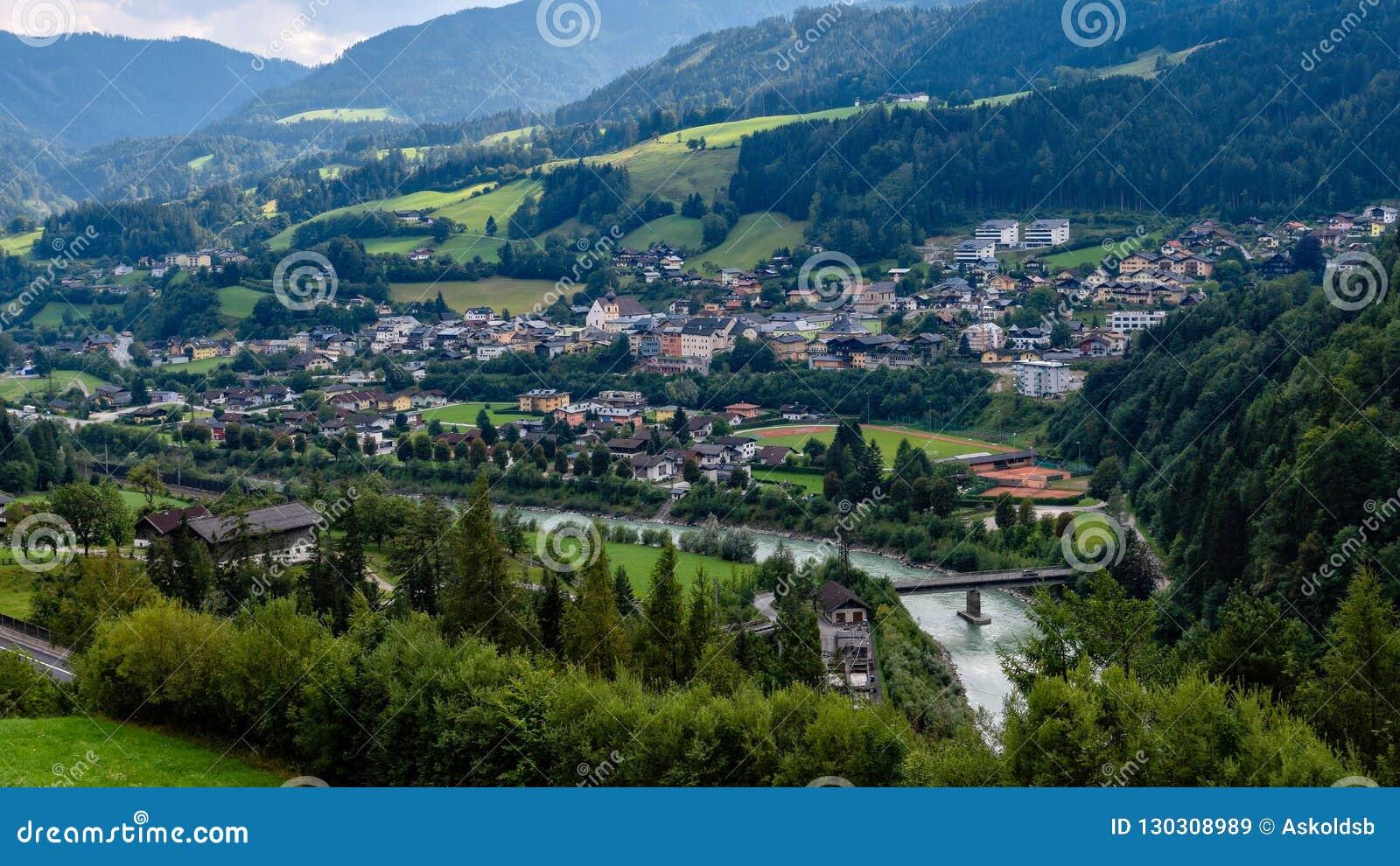 Vista aérea da vila de Werfen em Áustria famosa para a caverna do castelo de Hohenwerfen e de gelo de Eisriesenwelt