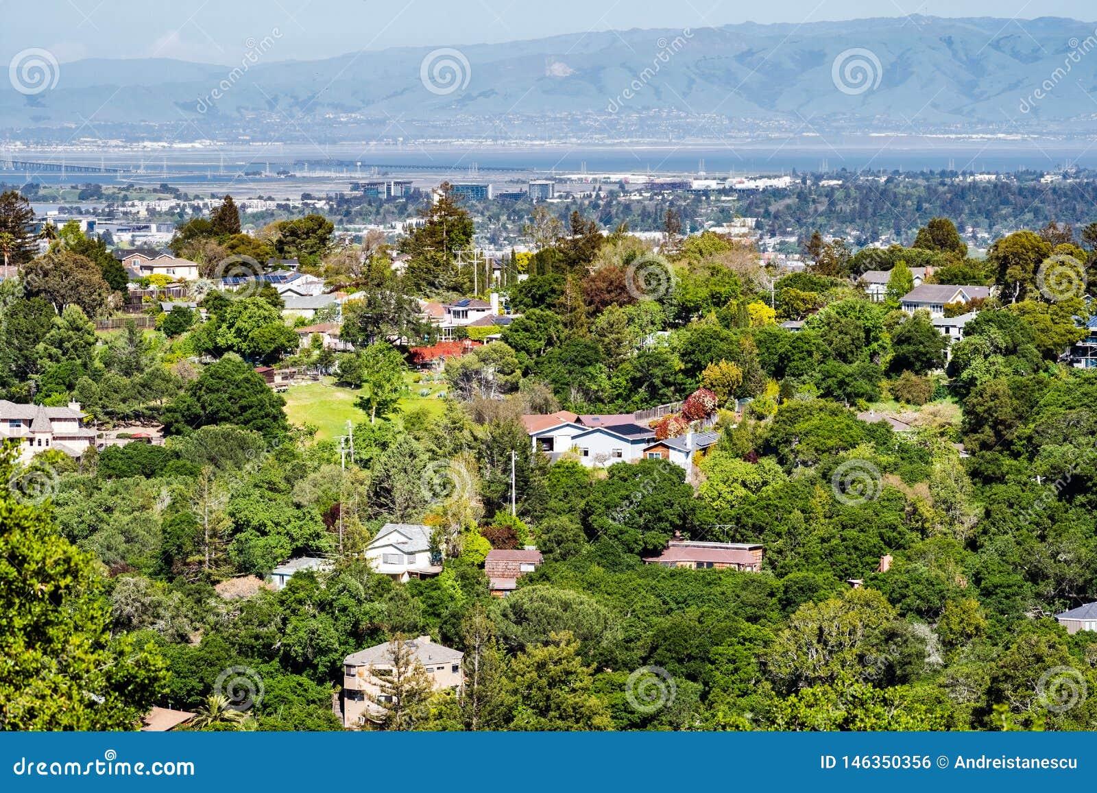Vista aérea da vizinhança residencial; San Francisco Bay visível no fundo; Redwood City, Califórnia