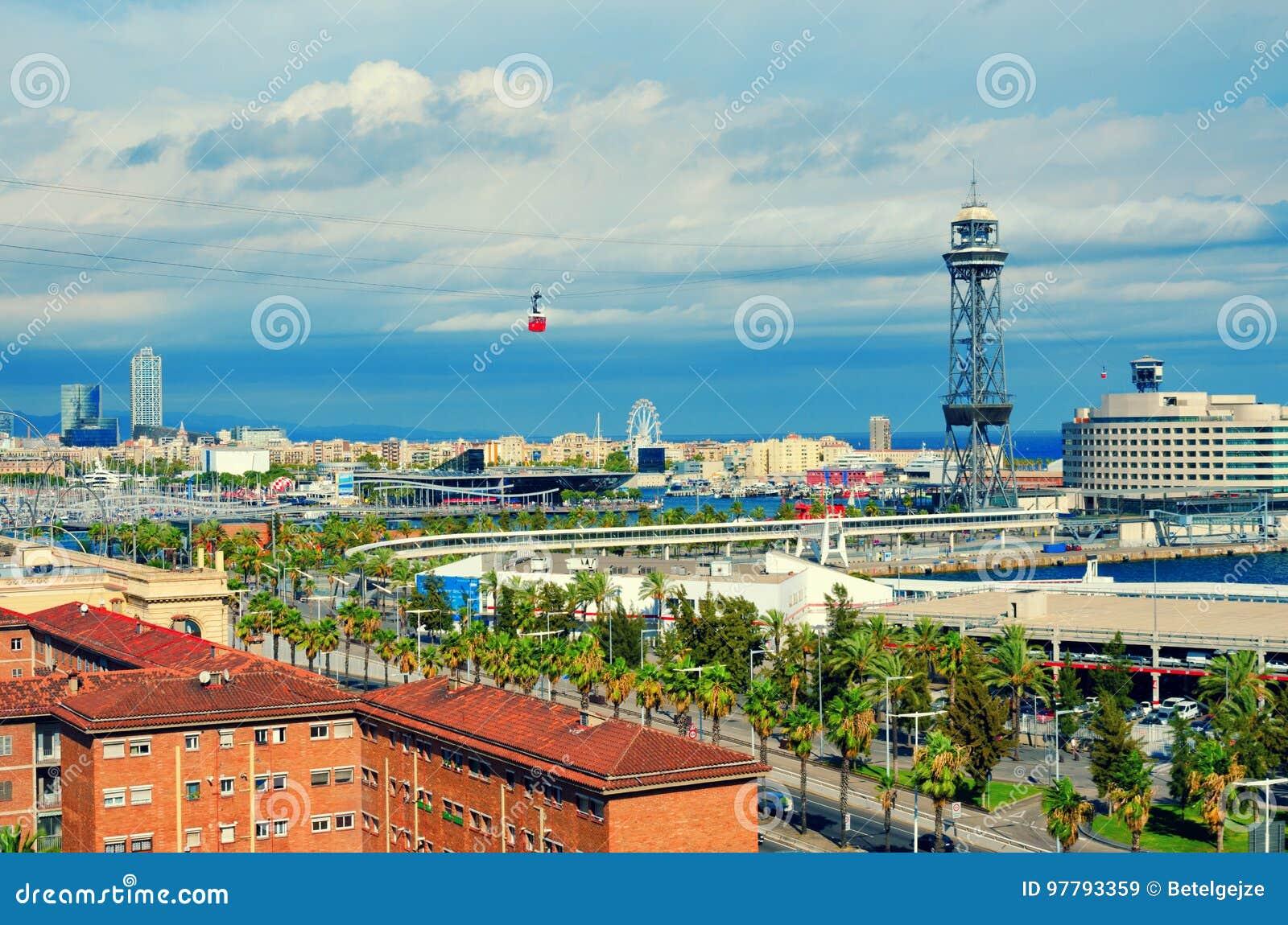 Vista aérea de Barcelona La Barceloneta, puerto Vell, mar y cabina roja del cablecarril Cataluña, España