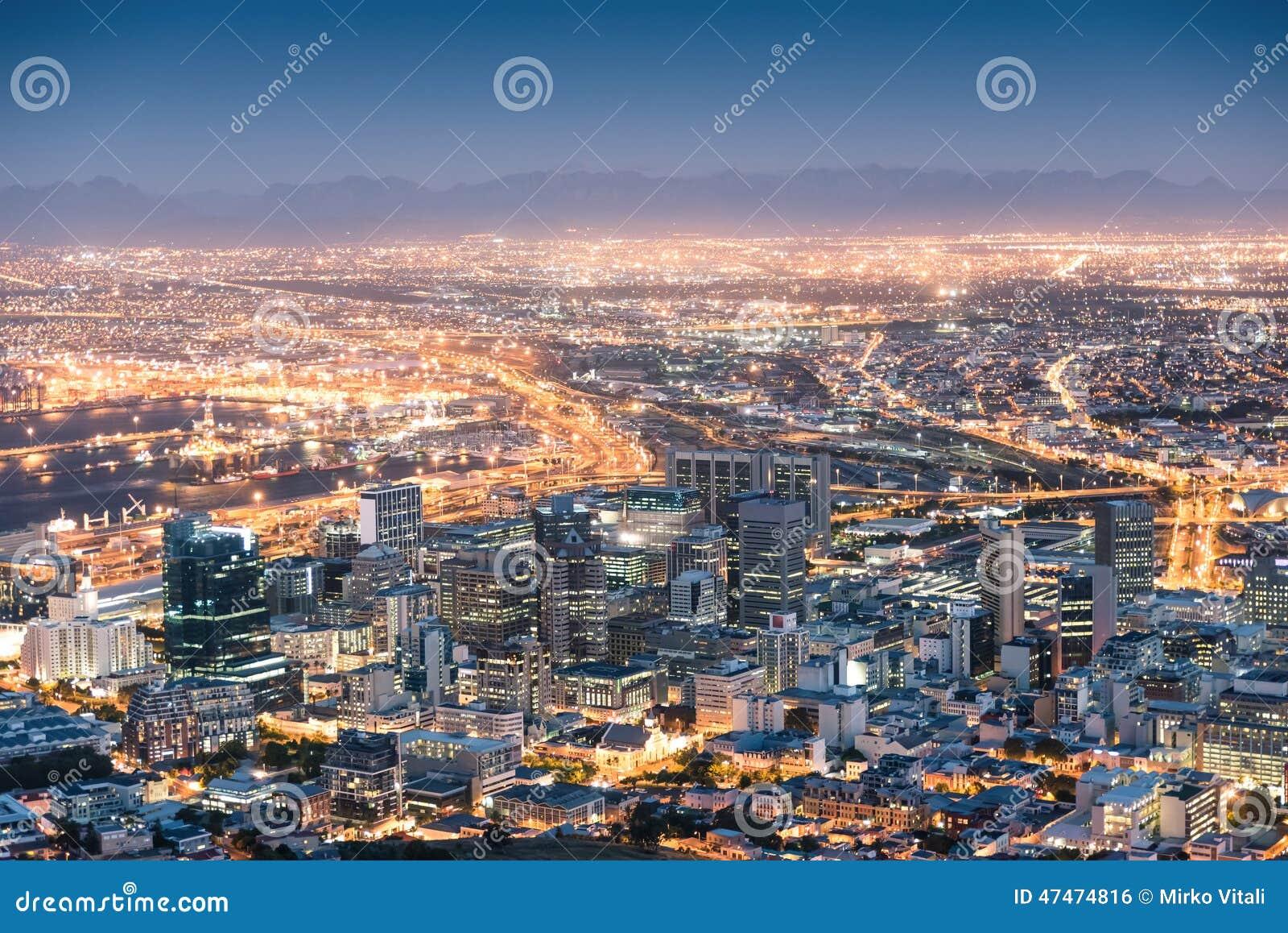 Vista aérea de Cape Town de la colina de la señal después de la puesta del sol