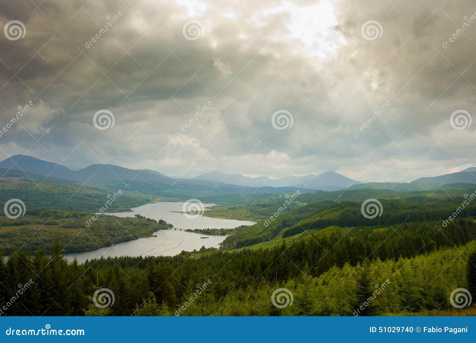 Vista aérea de Escocia, montañas, con el cielo nublado dramático