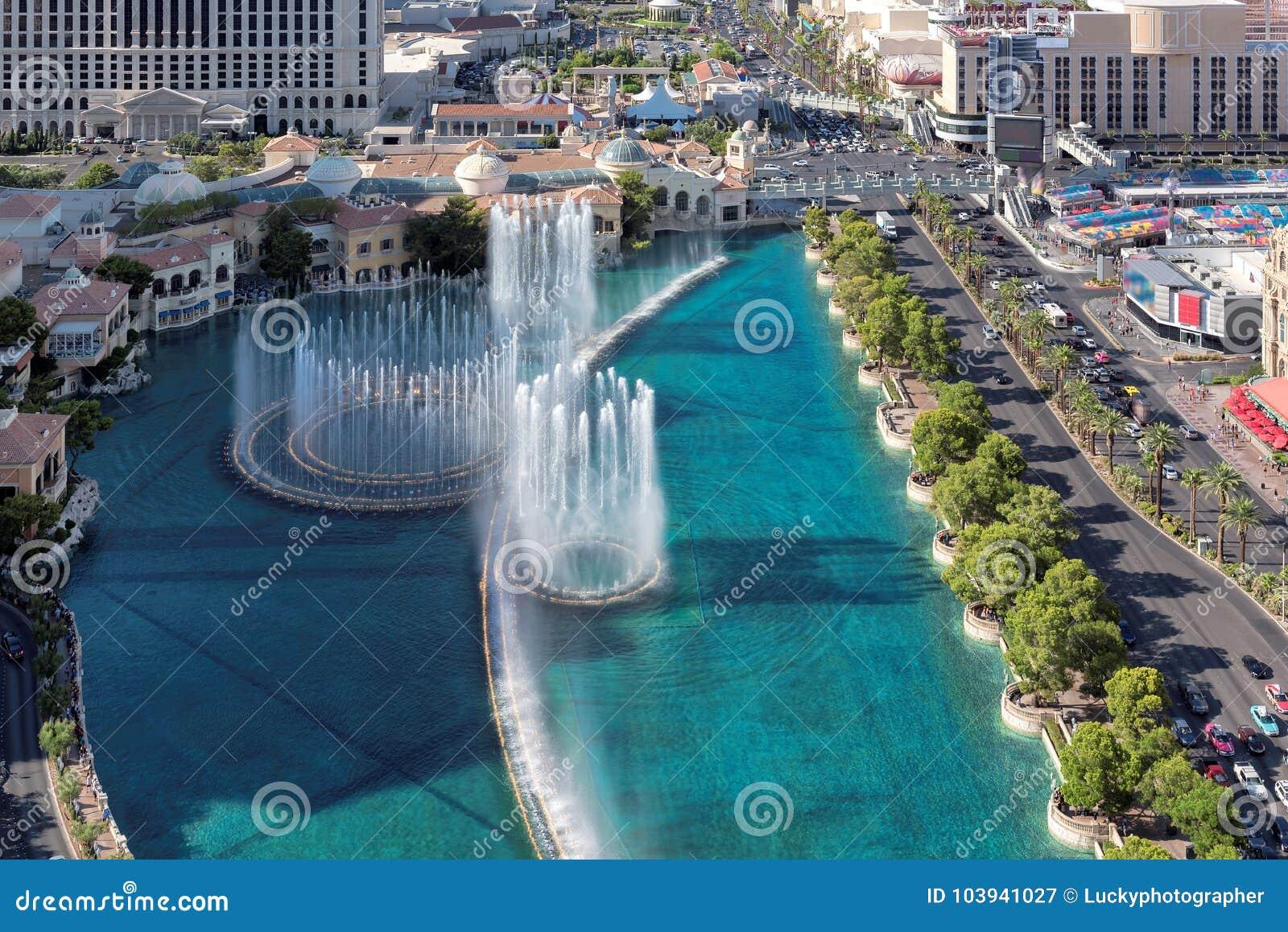 Vista aérea de fontes da dança na tira de Las Vegas