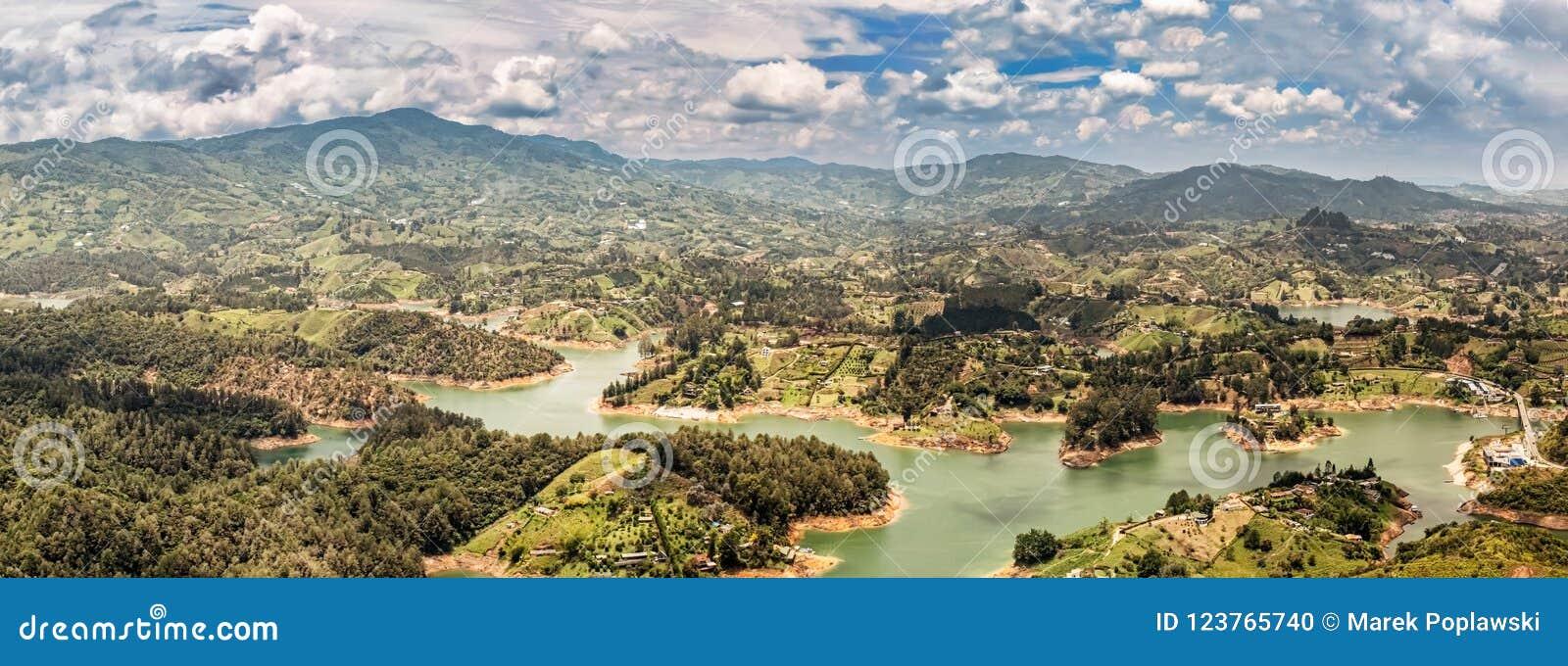 Vista aérea de Guatape, Penol, lago de la presa en Colombia