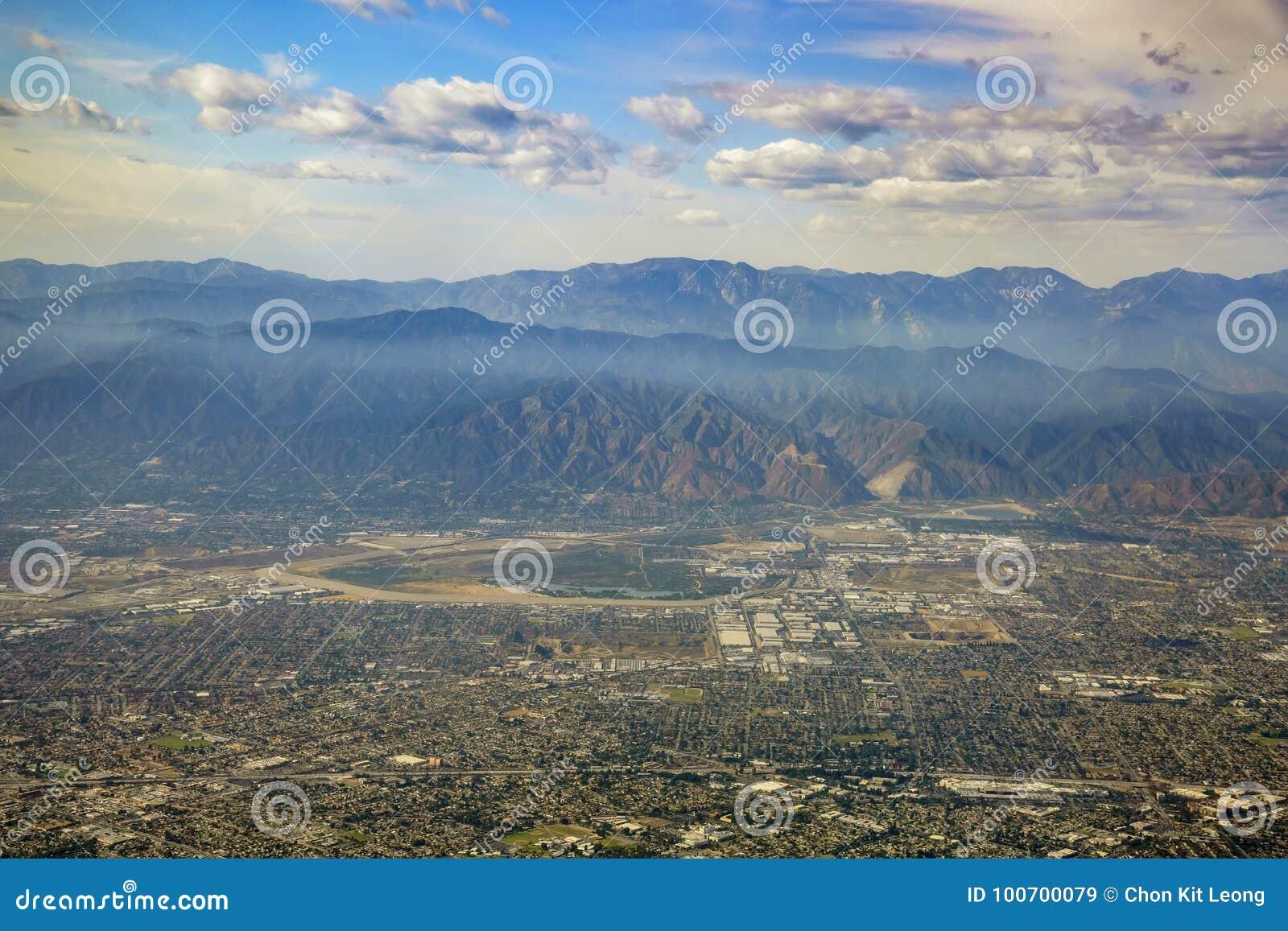 Vista aérea de Irwindale, Covina del oeste, visión desde el asiento de ventana adentro