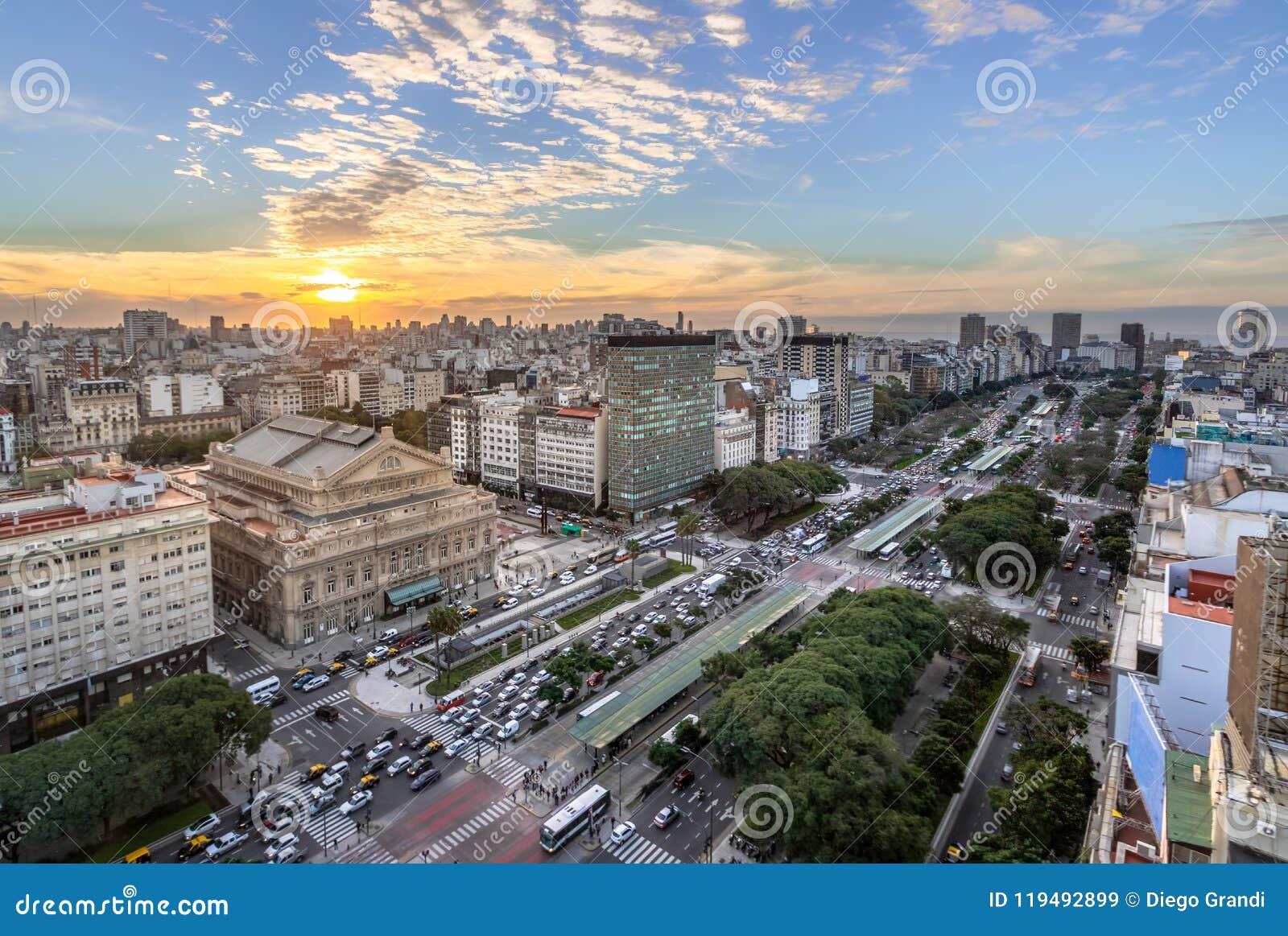 Vista aérea a 9 de Julio Avenue en la puesta del sol - Buenos Aires, la Argentina