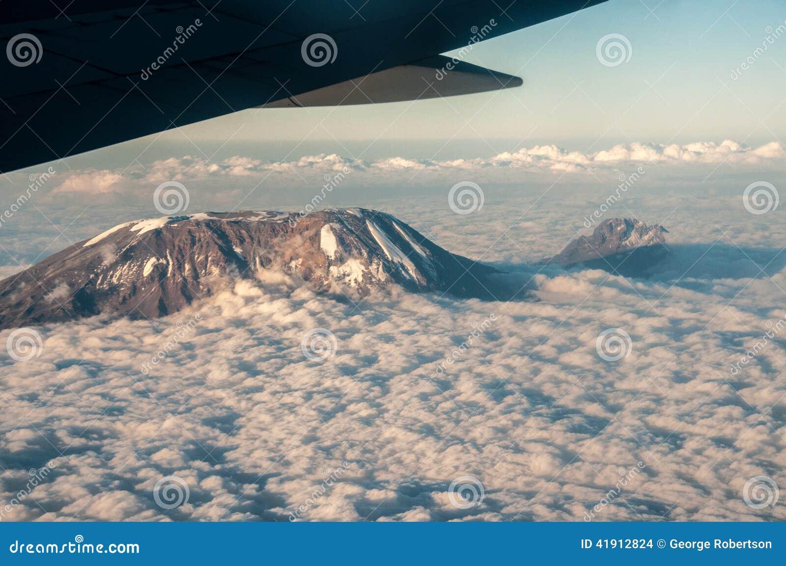 Vista aérea de Kilimanjaro y de Mawenzi