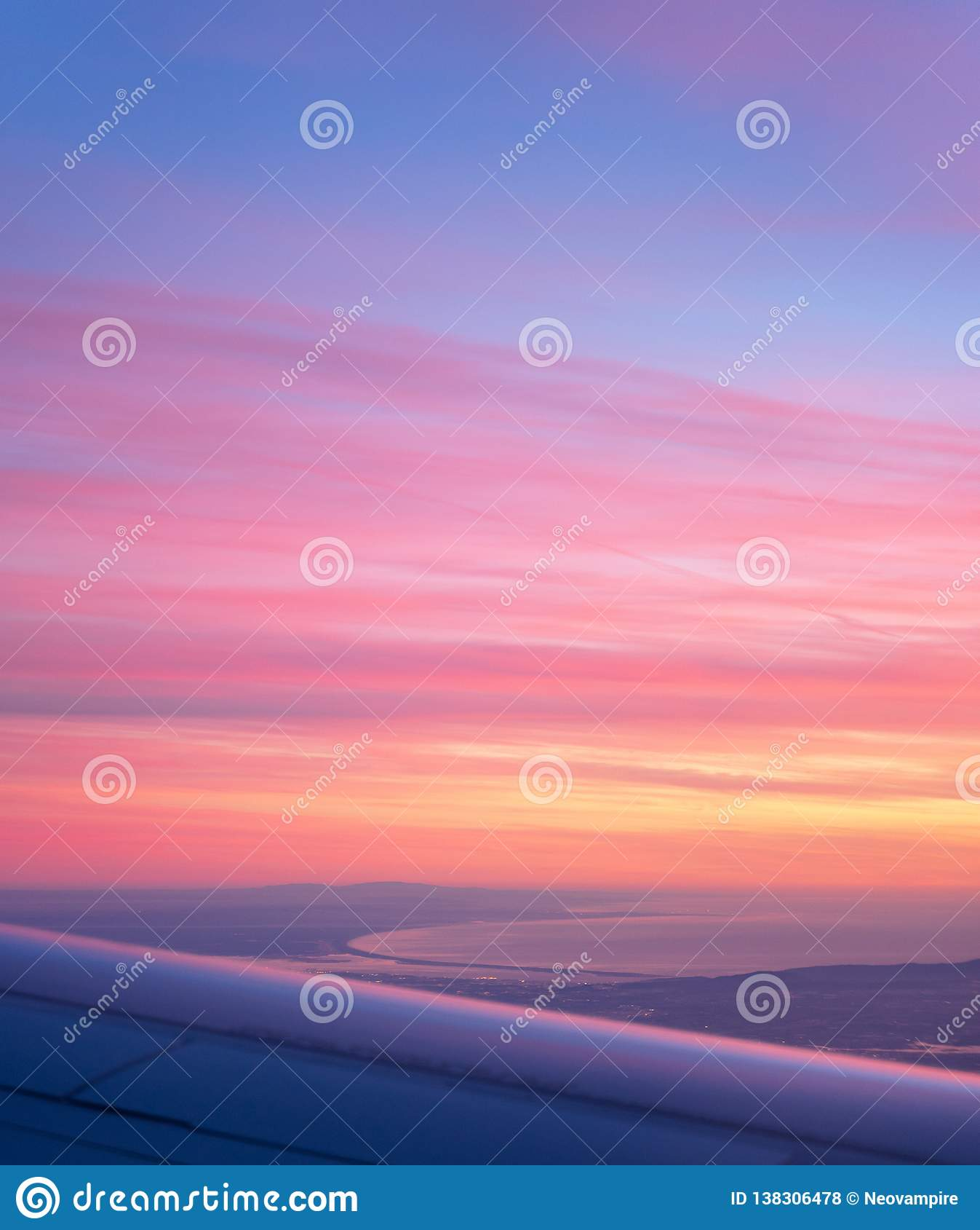 Vista aérea de la bahía del avión, puesta del sol púrpura hermosa de Comporta Troia
