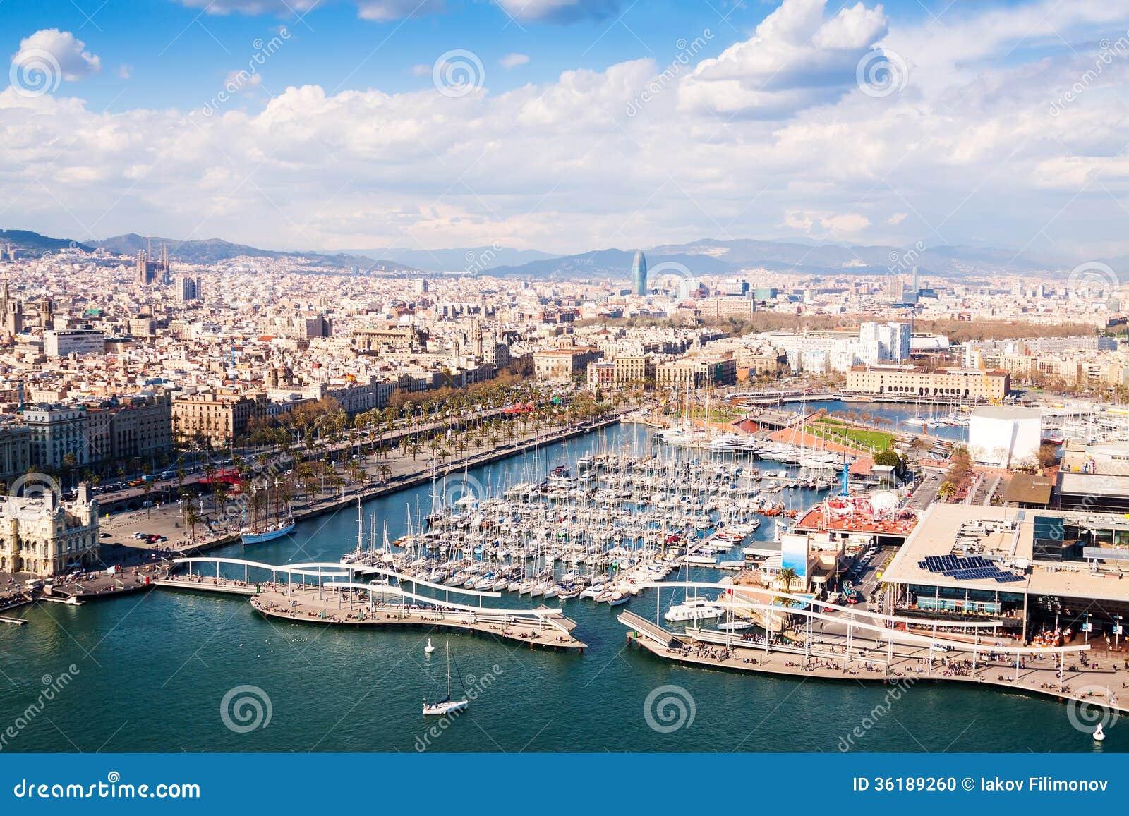 Vista aérea de la ciudad de Barcelona con el puerto Vell