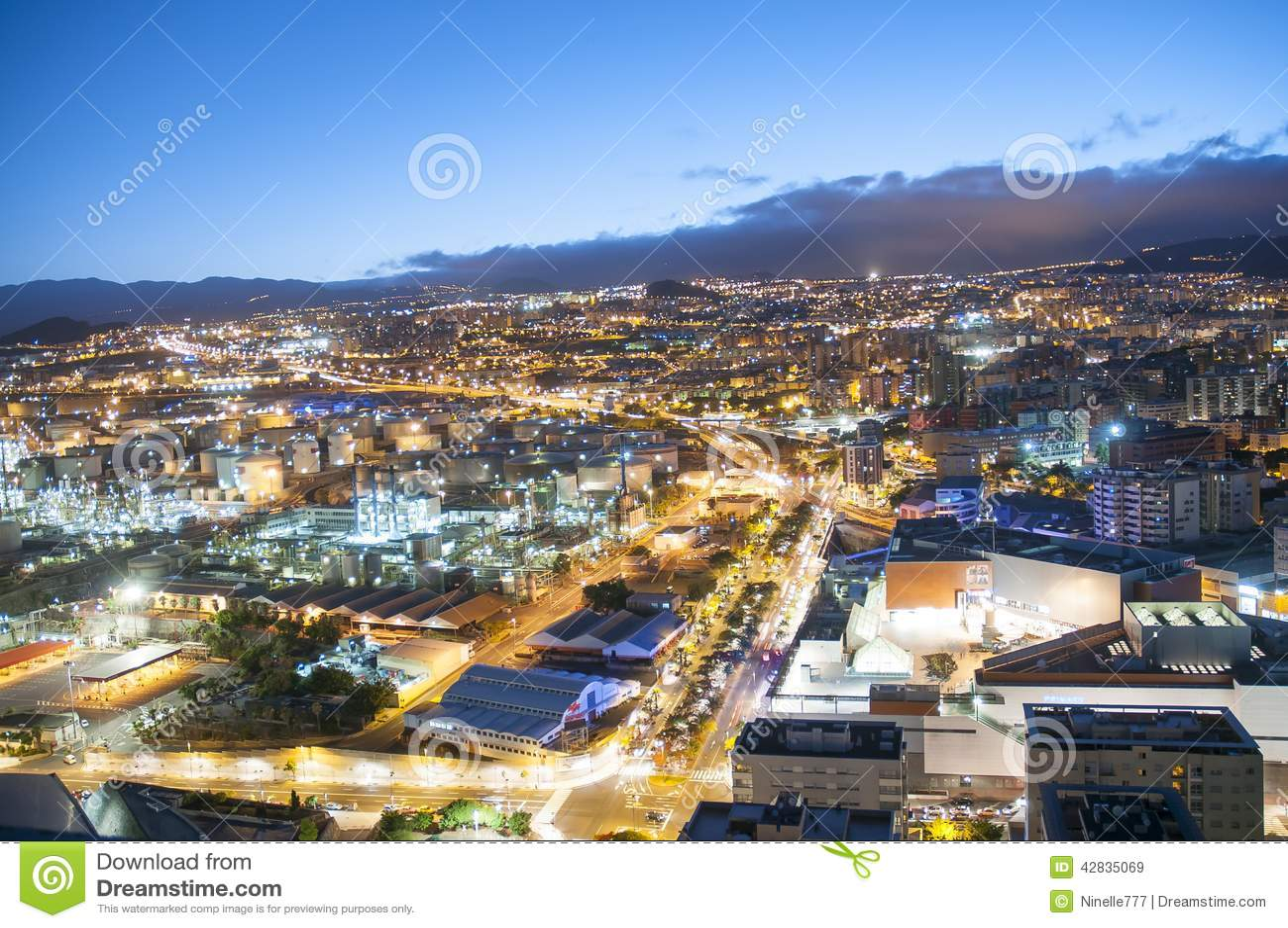 Vista a rea de la ciudad de la noche santa cruz de for Gimnasio santa cruz de tenerife