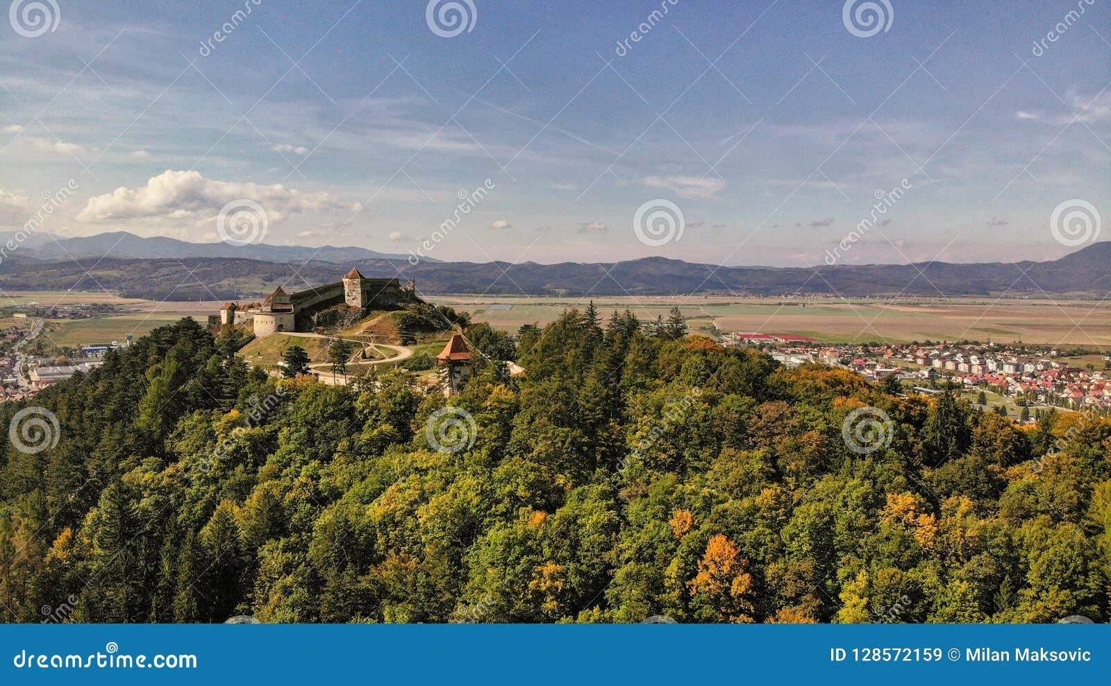 Vista aérea de la ciudad y de la fortaleza de Rasnov