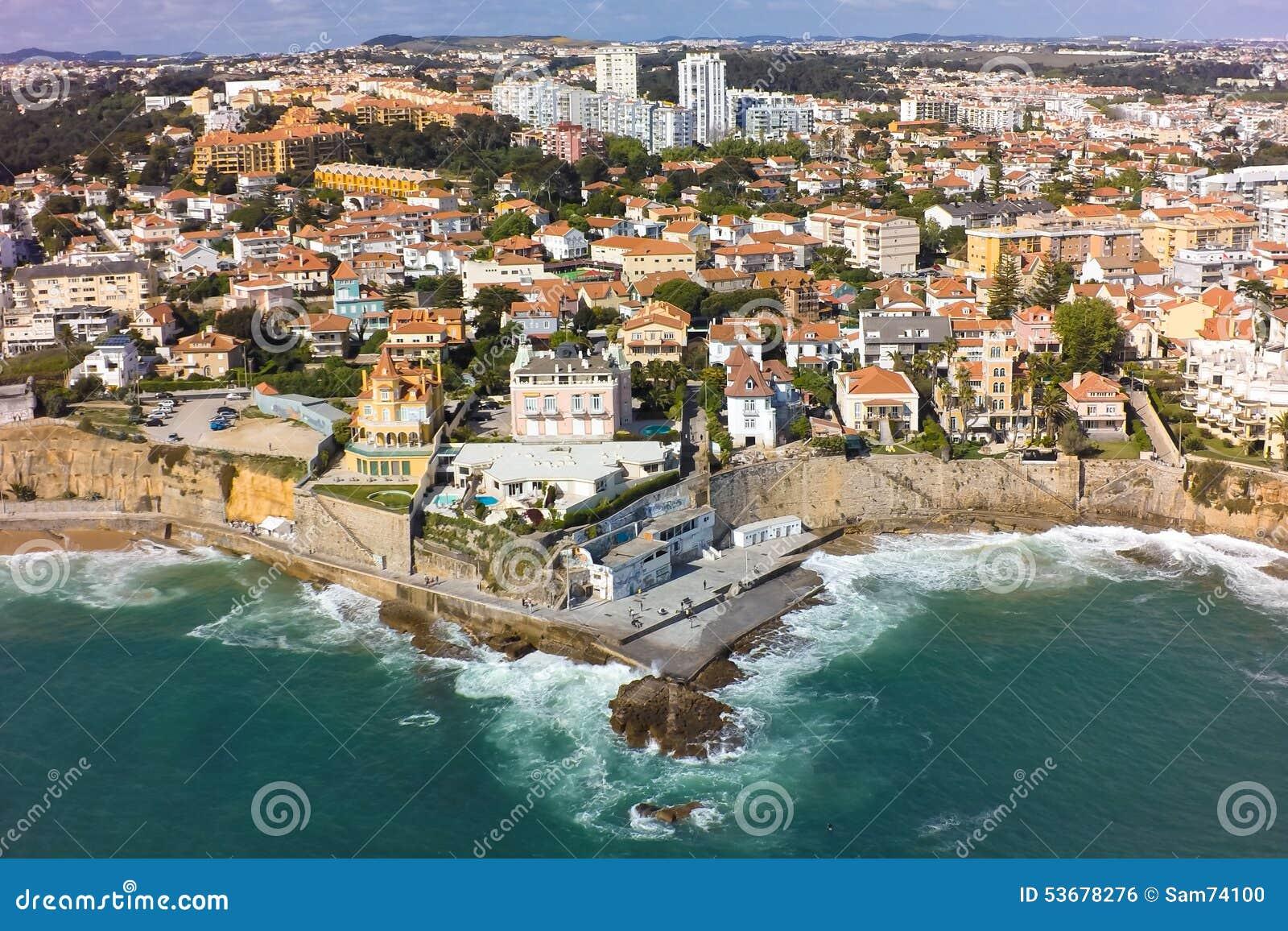 Vista aérea de la costa costa de Estoril cerca de Lisboa en Portugal