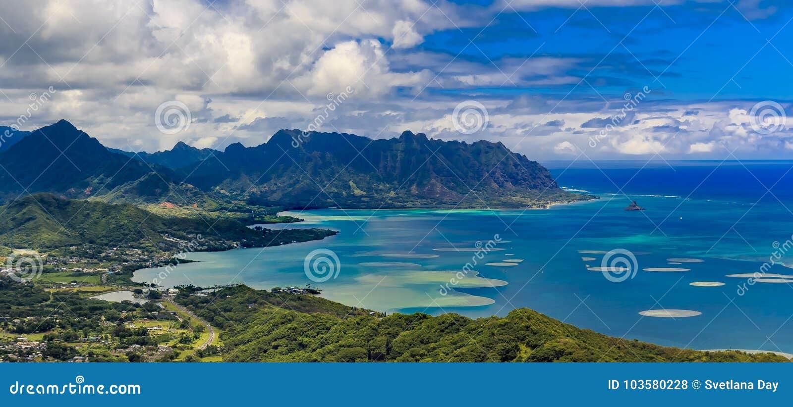 Vista aérea de la costa costa y de las montañas de Oahu en Honolulu Hawaii