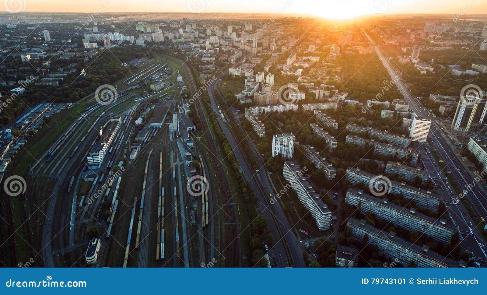 Vista aérea de la estación de ferrocarril en la puesta del sol