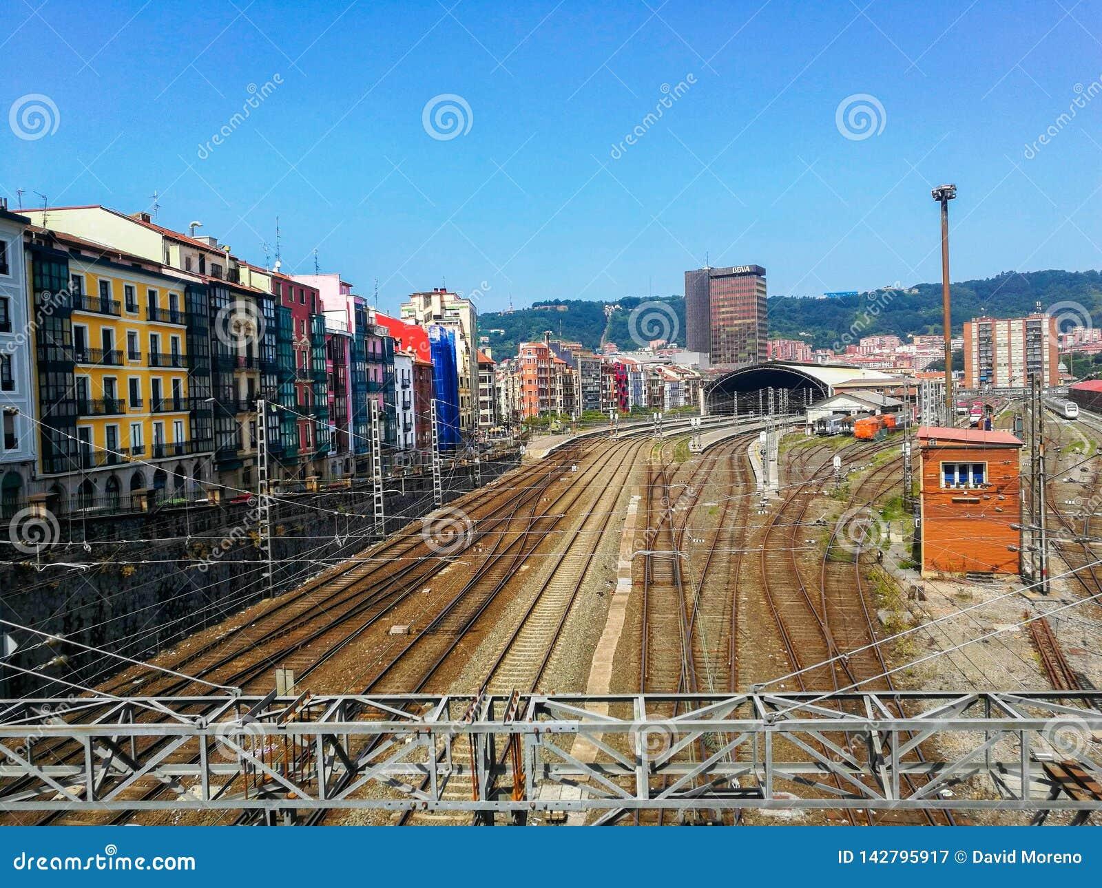 Vista aérea de la estación de Tran contra el paisaje urbano de Bilbao