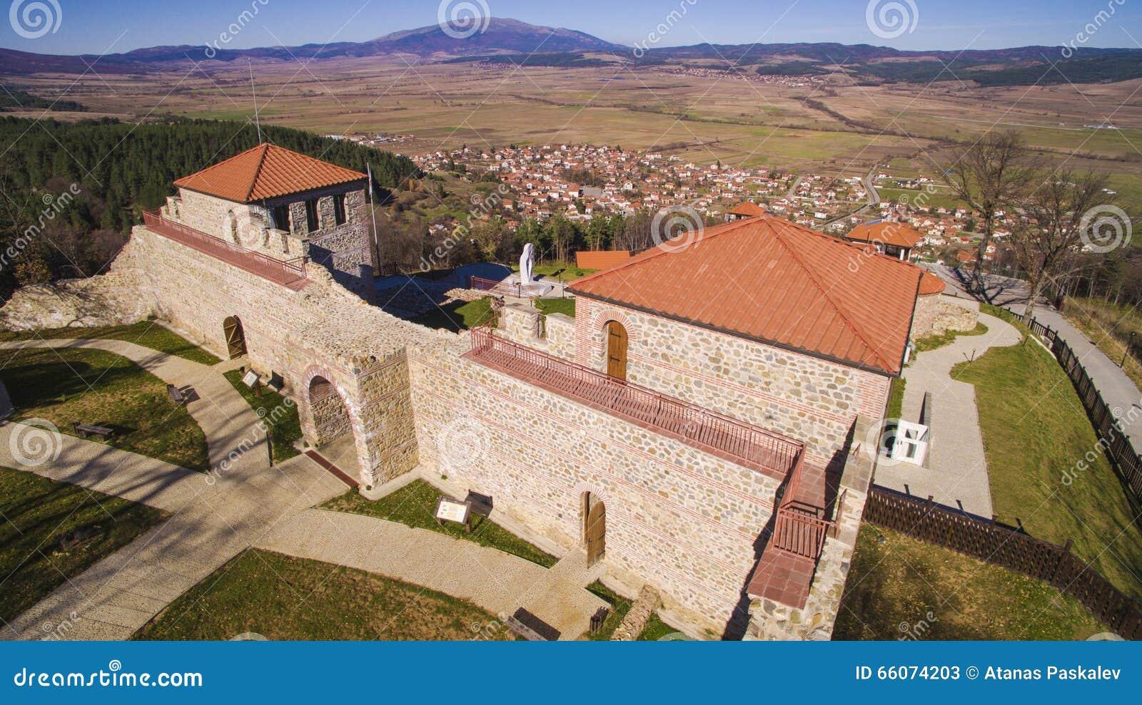 Vista aérea de la fortaleza de Cari Mali Grad, Bulgaria