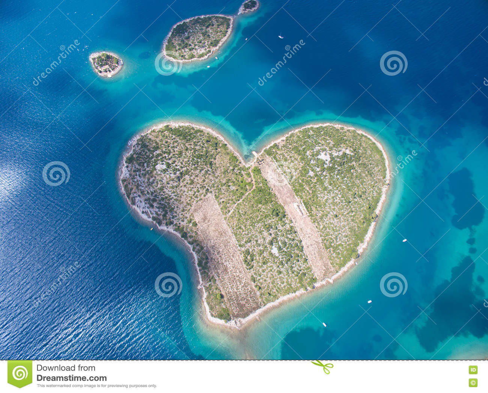 Vista aérea de la isla en forma de corazón de Galesnjak en la costa adriática