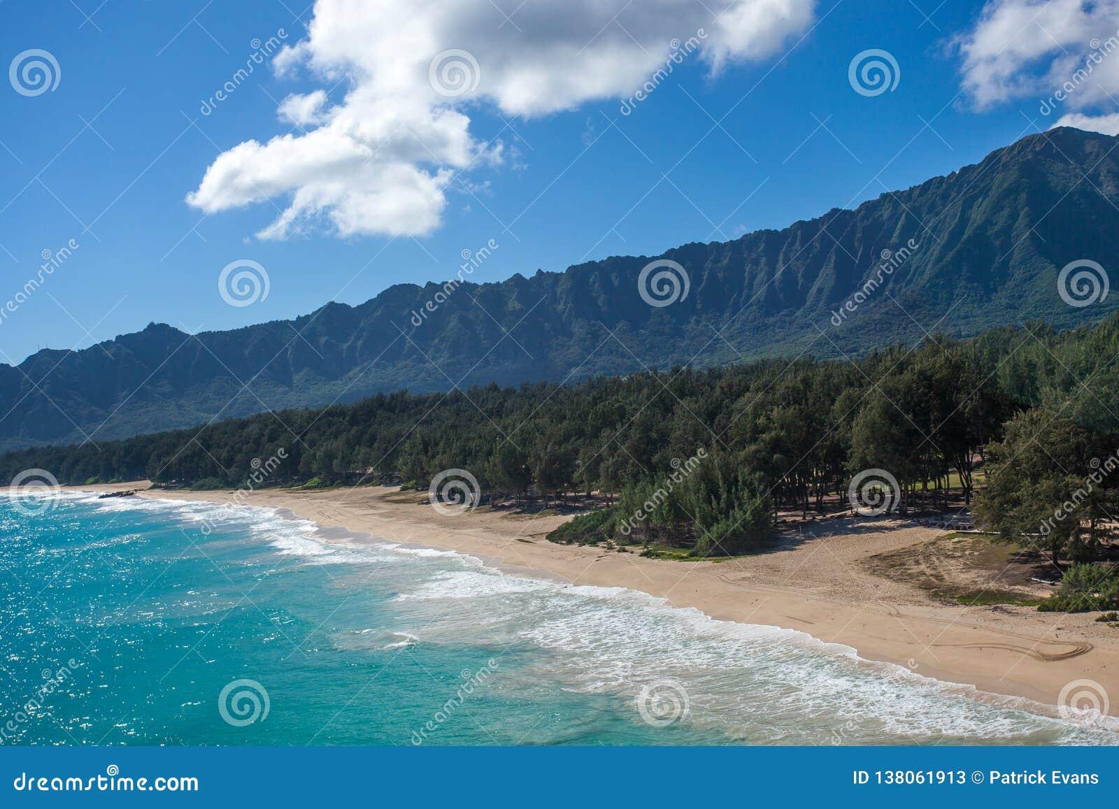 Vista aérea de la playa blanca tropical Oahu Hawaii de Waimanalo de la arena