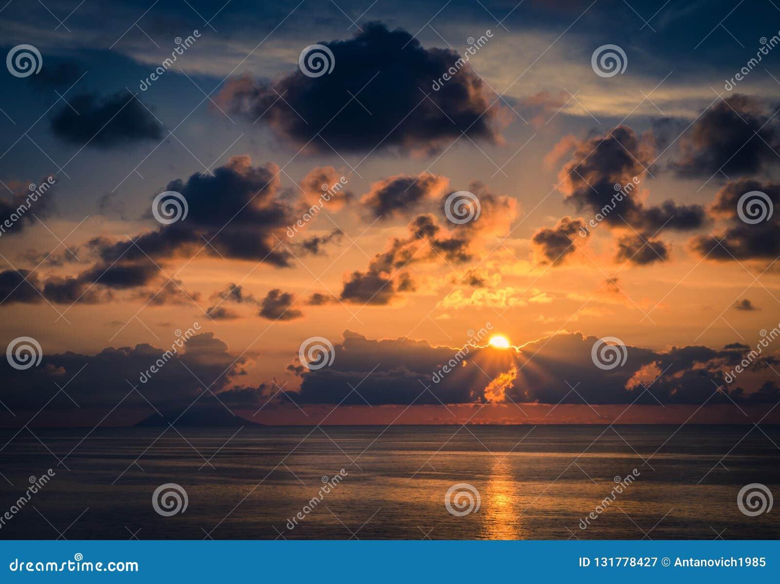 Vista aérea de la puesta del sol del mar, de los rayos asombrosos hermosos de la sol, paisaje marino, horizonte sin fin del horiz