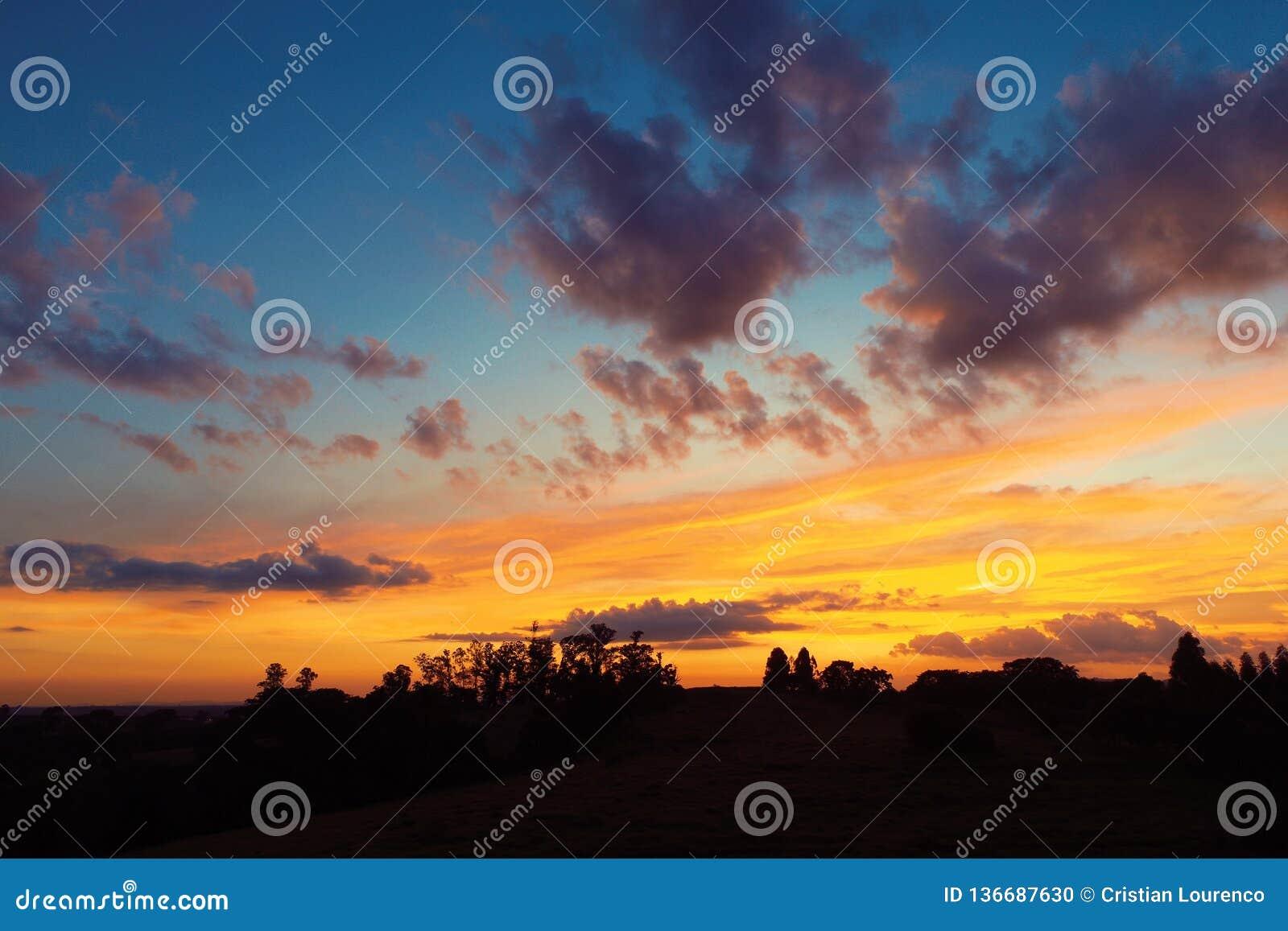 Vista aérea de la puesta del sol de un campo