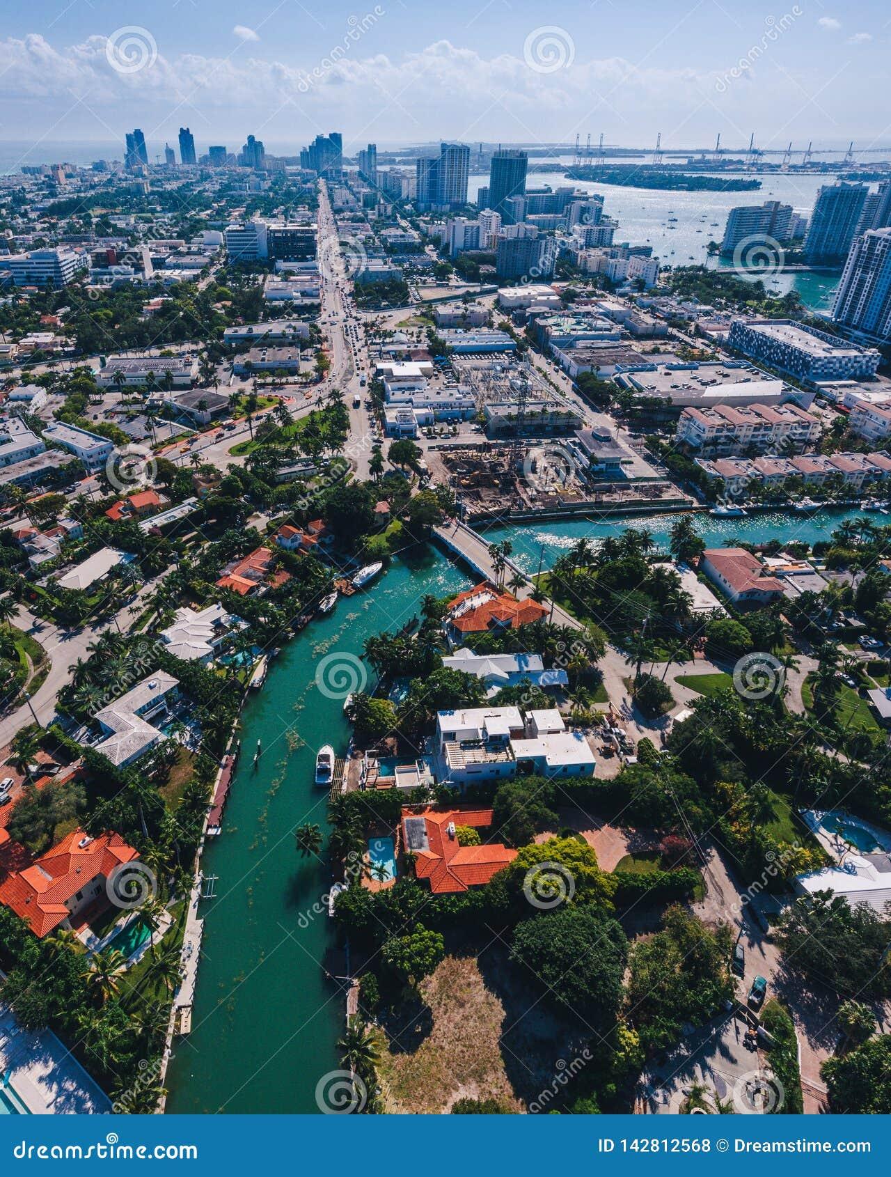 Vista aérea de las islas de Miami en un día soleado