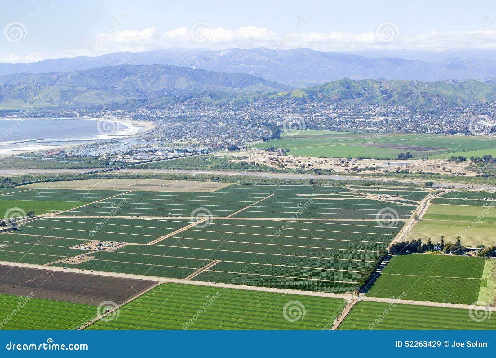 Vista aérea de los campos de granja de Oxnard en primavera con Ventura City y del Océano Pacífico en el fondo, Ventura County, CA