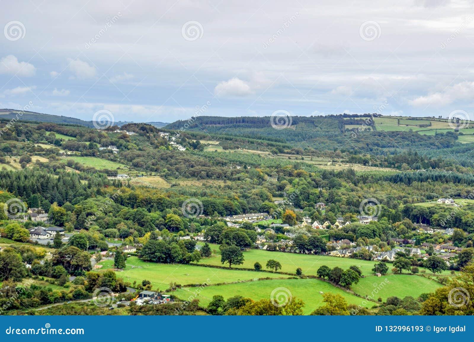 Vista aérea de los campos verdes alrededor de Glendalough en Irlanda