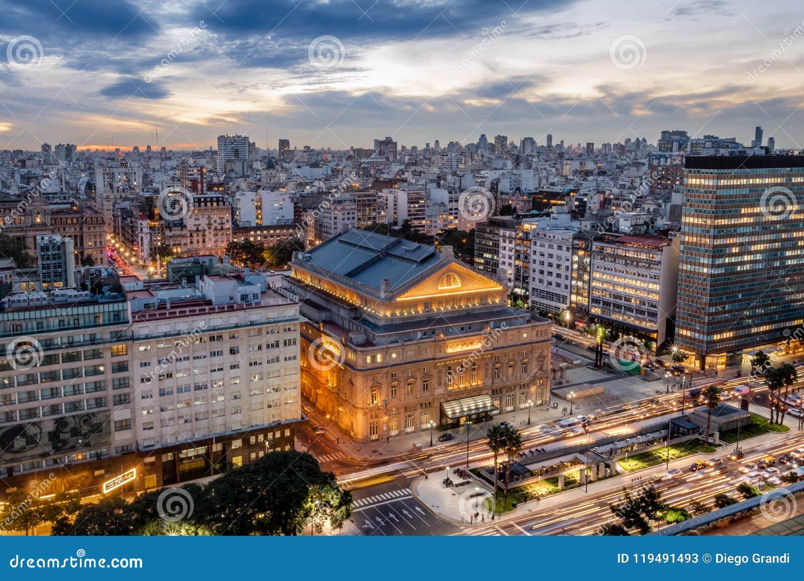 Vista aérea de los dos puntos Columbus Theatre y 9 de Julio Avenue en la puesta del sol - Buenos Aires, la Argentina de Teatro