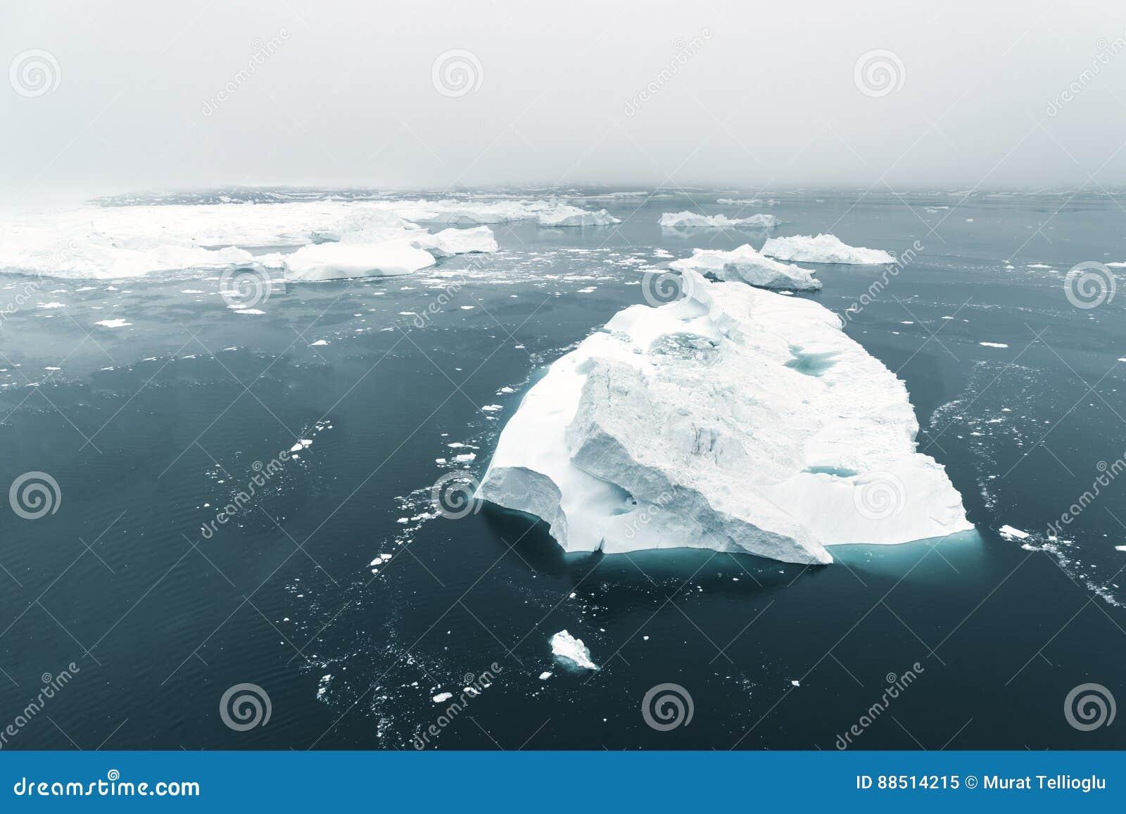 Vista aérea de los icebergs enormes en Groenlandia