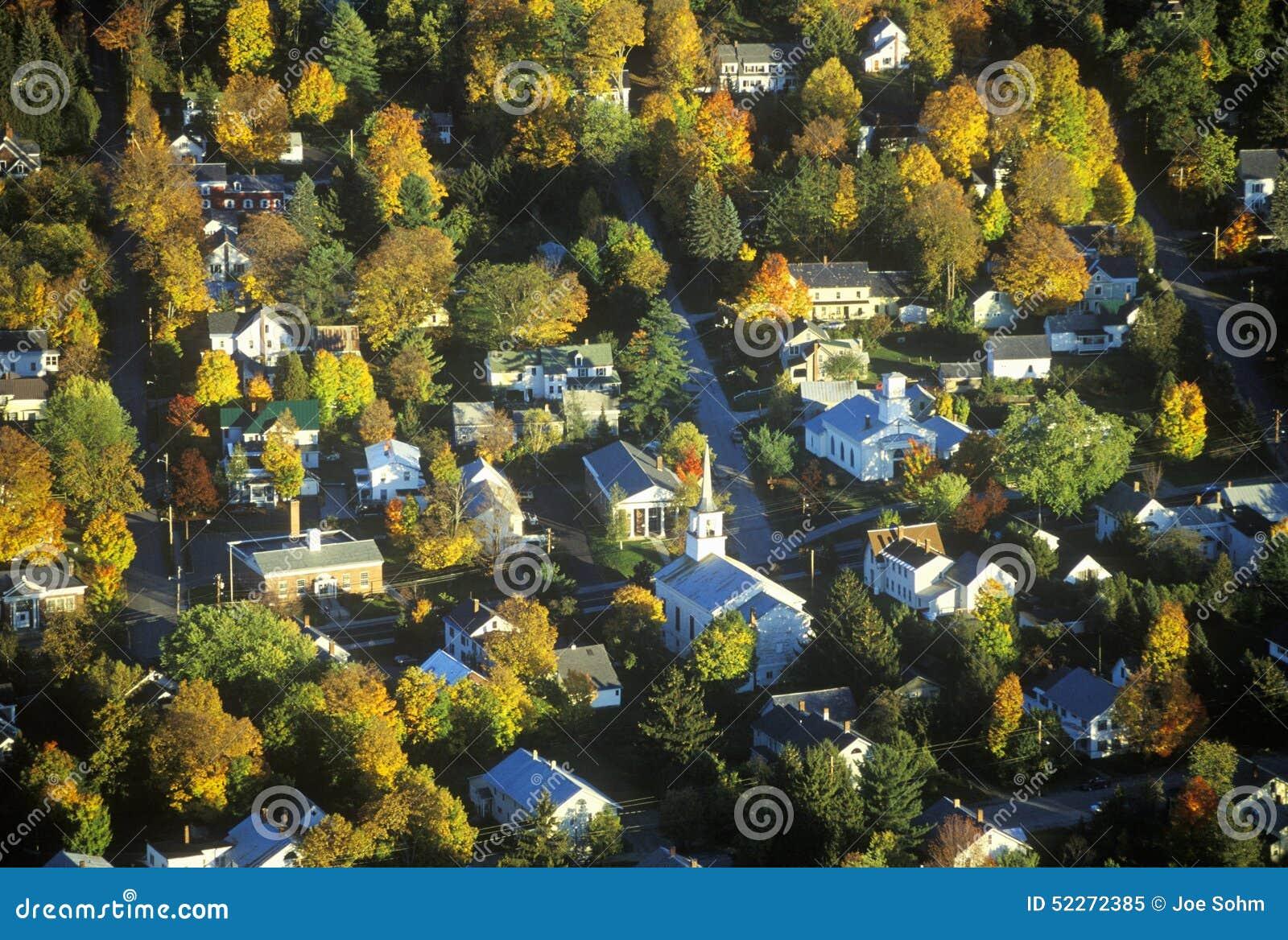 Vista aérea de Morrisville, VT en otoño en la ruta escénica 100 en la puesta del sol