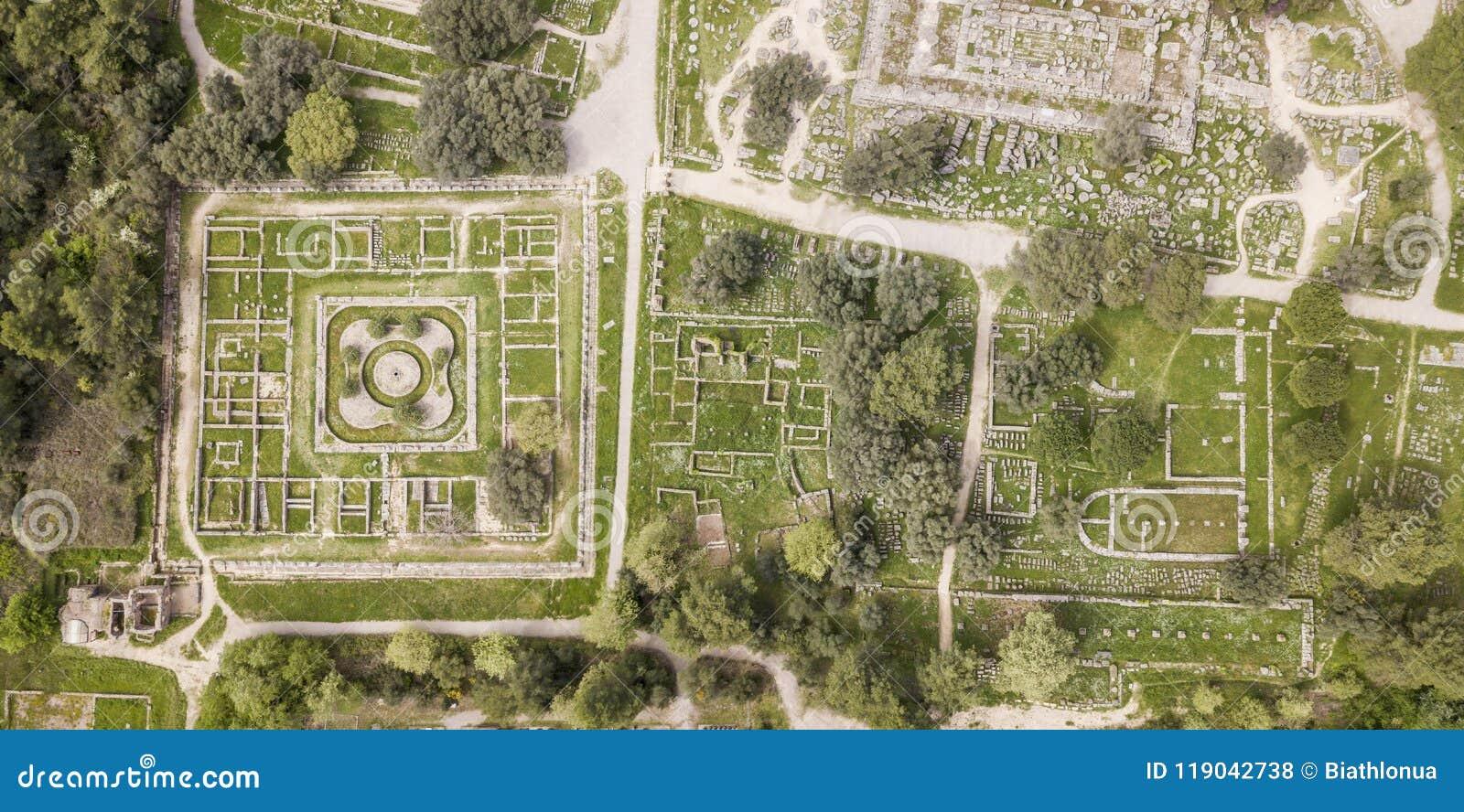 Vista aérea de Olympia antiguo, un santuario en Elis en la península de Peloponeso