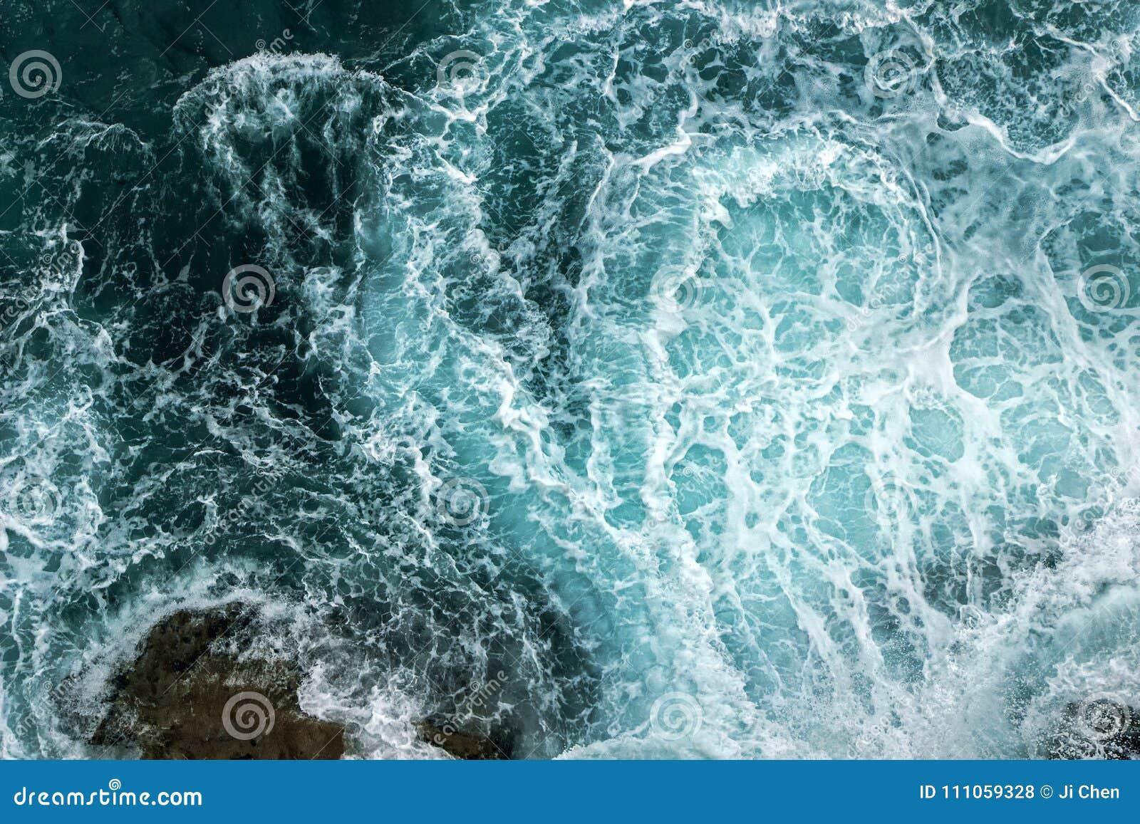 Vista aérea de ondas en el océano