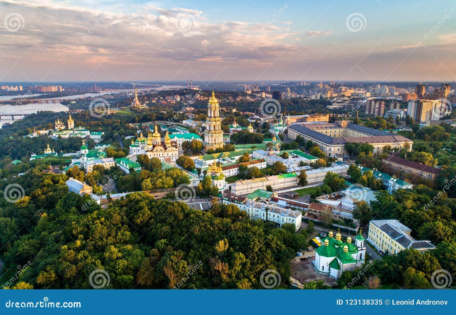 Vista aérea de Pechersk Lavra em Kiev, a capital de Ucrânia