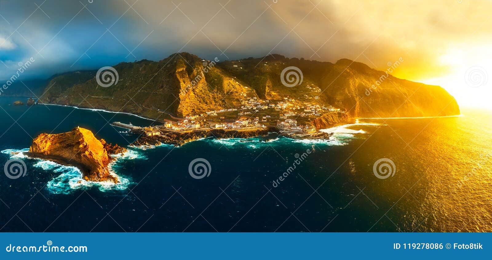Vista aérea de Porto Moniz no por do sol com luz e o sto mornos do sol