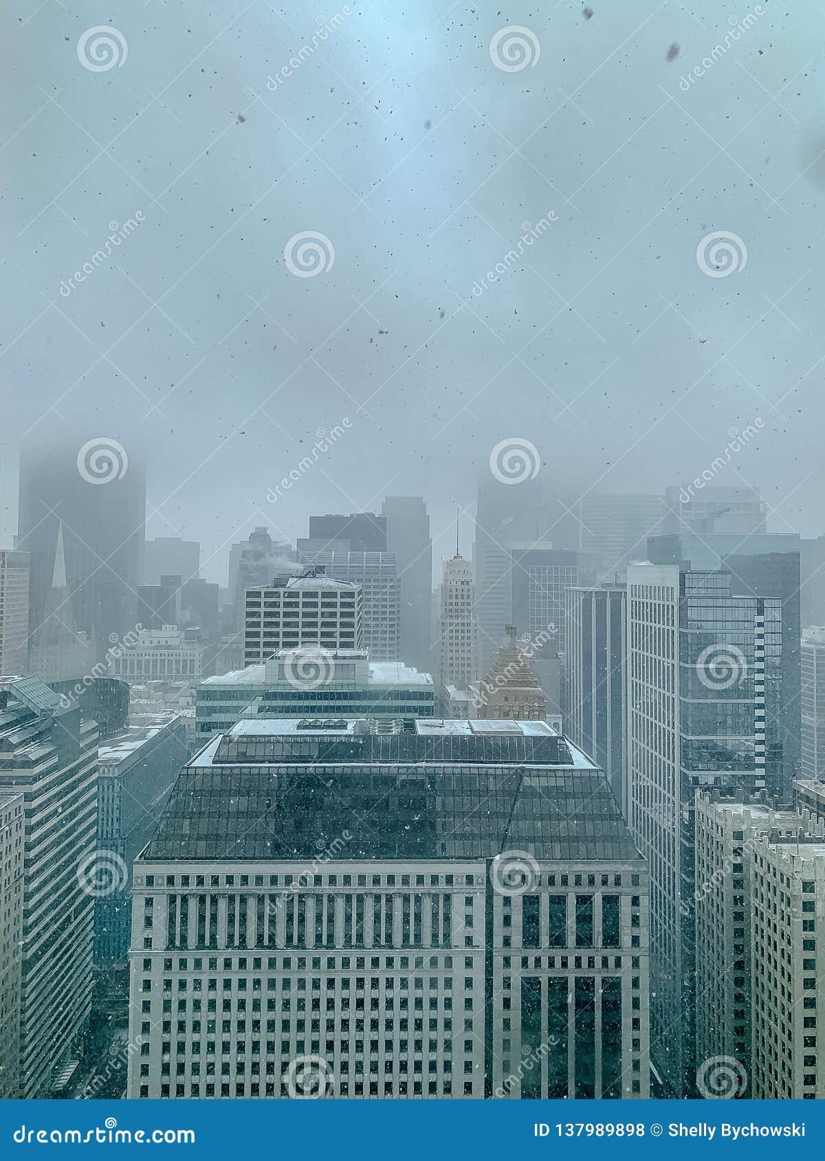 Vista aérea de rascacielos en un día de niebla, nevoso en Chicago durante enero