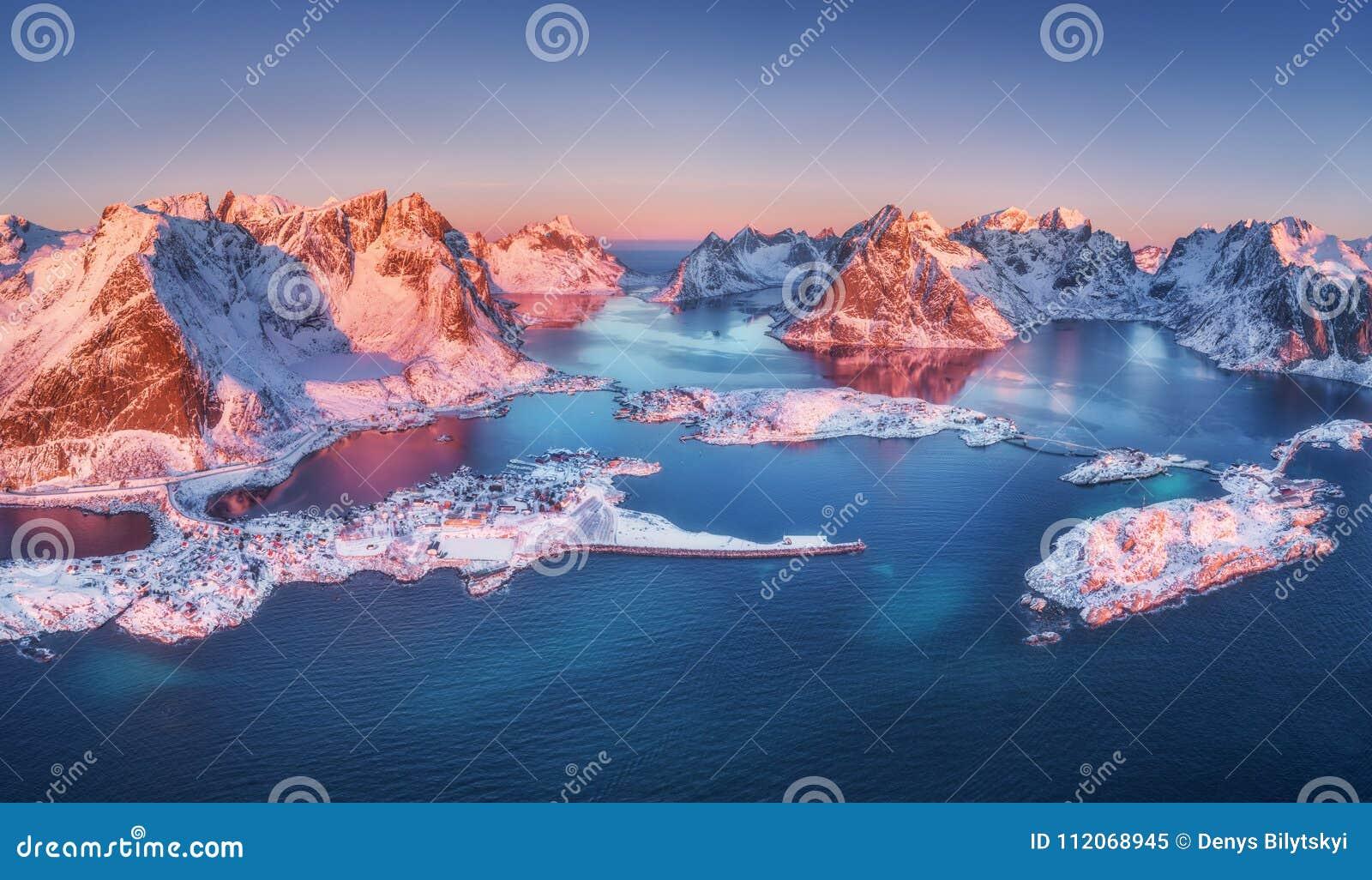 Vista aérea de Reine e de Hamnoy no nascer do sol no inverno