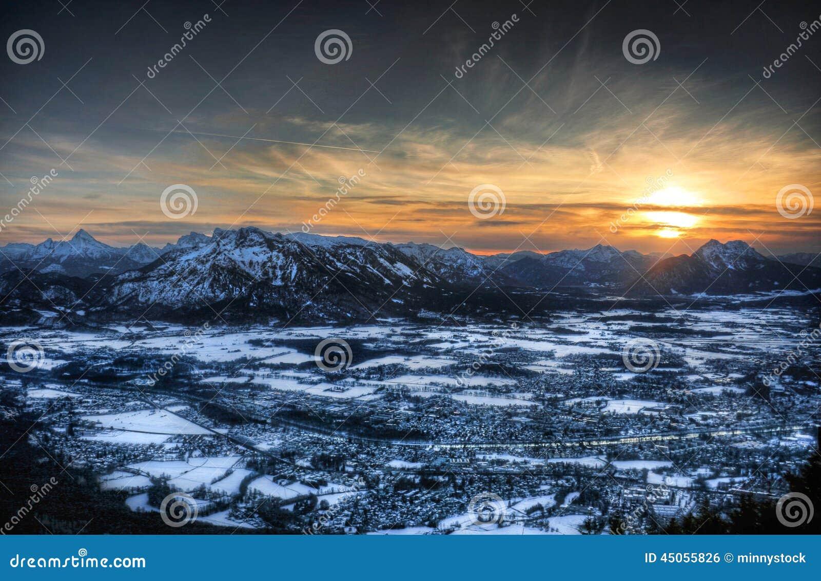 Vista aérea de Salzburg, Austria en la puesta del sol