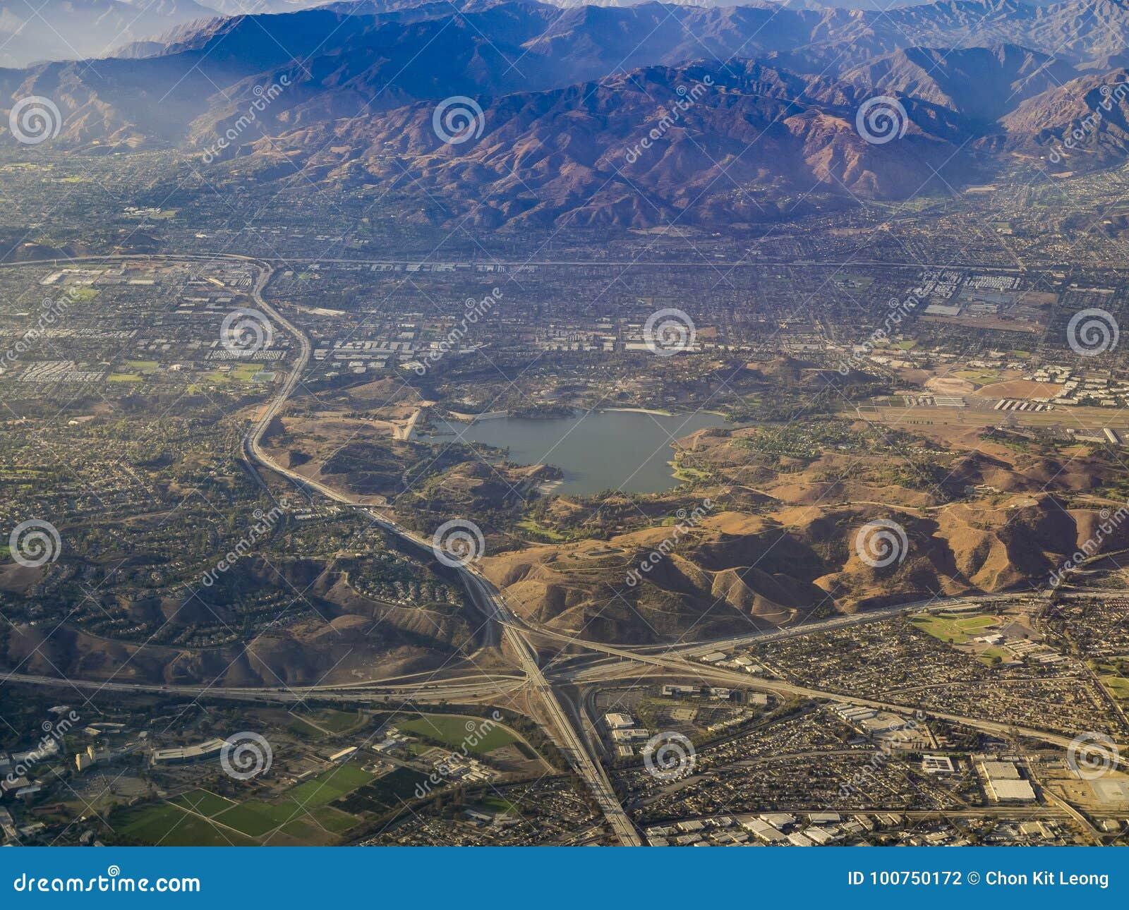 Vista aérea de San Dimas e de reservatório de Puddingstone, vista de w