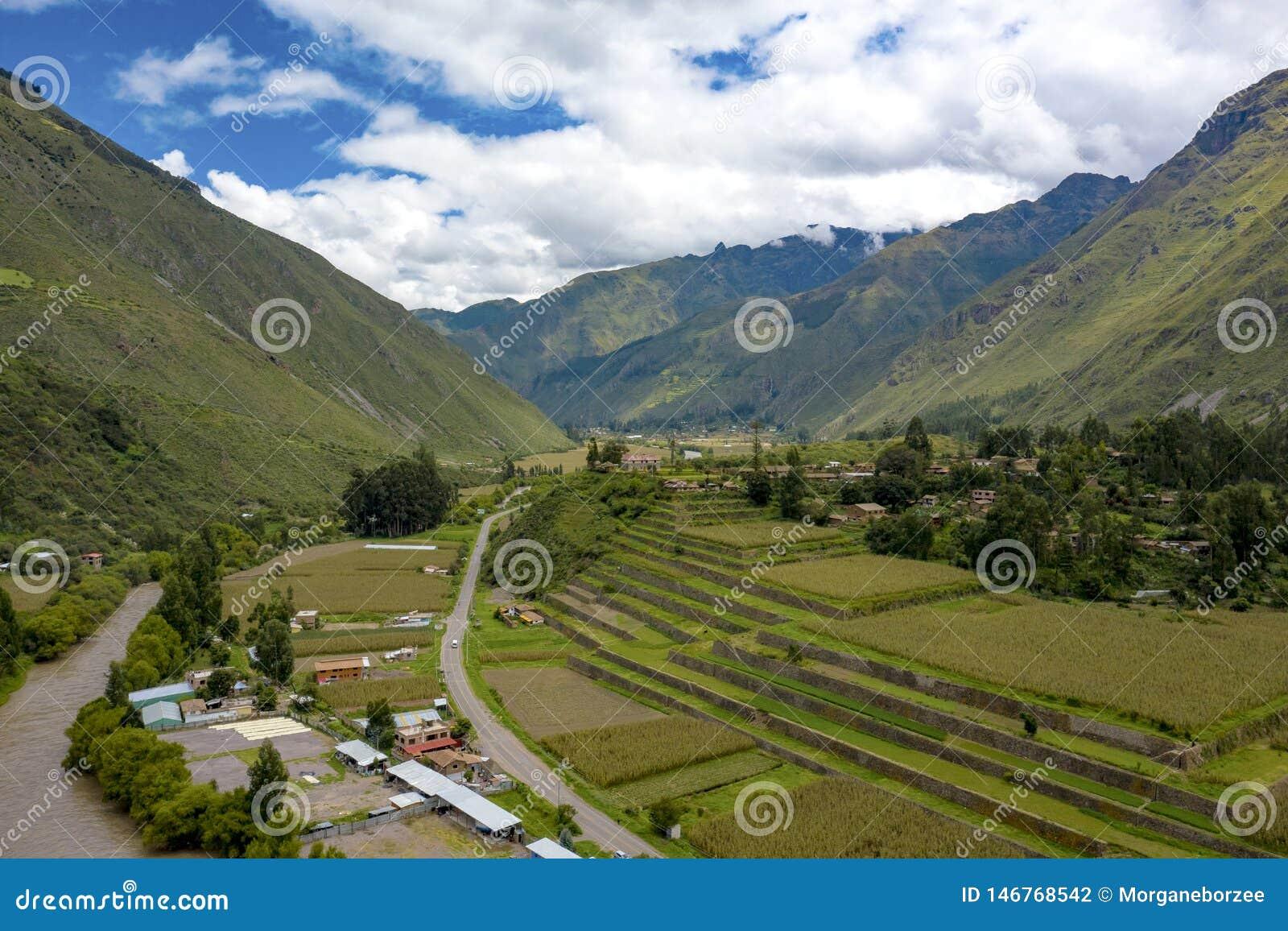 Vista aérea de terraços da agricultura do Inca no vale sagrado dos Incas