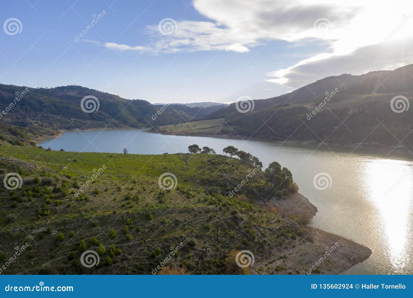 Vista aérea de um lago