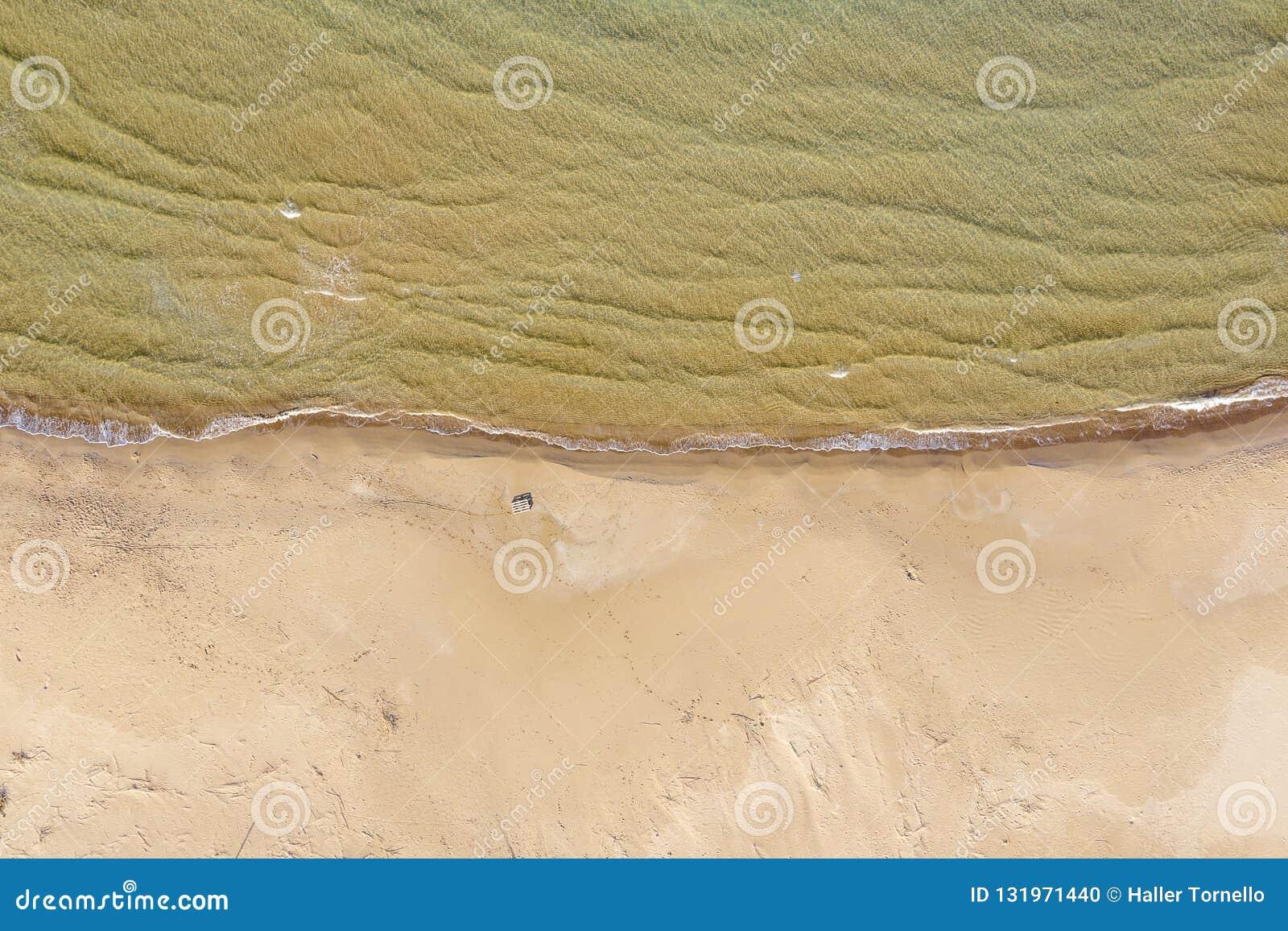 Vista aérea de uma praia com ondas